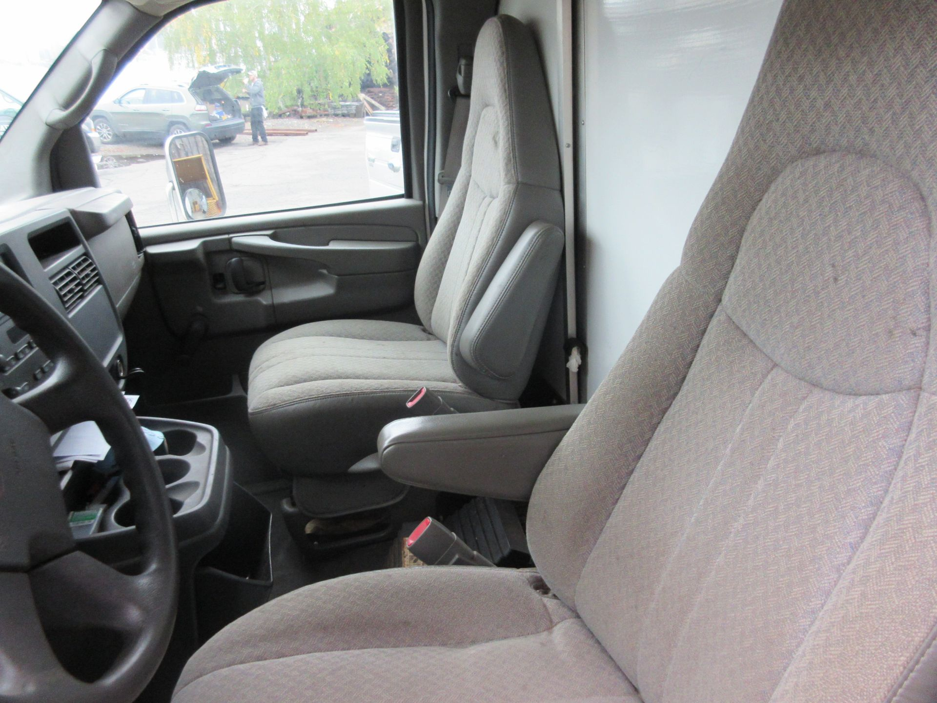 2004 GMC Savana 3500 Box Truck 2WD 8 Cylinders U 6.0L FI OHV 364 CID, VIN 1GDHG31U841236876 - Image 6 of 7