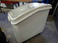 RUBBER MAID MOBILE INGREDIENT BIN