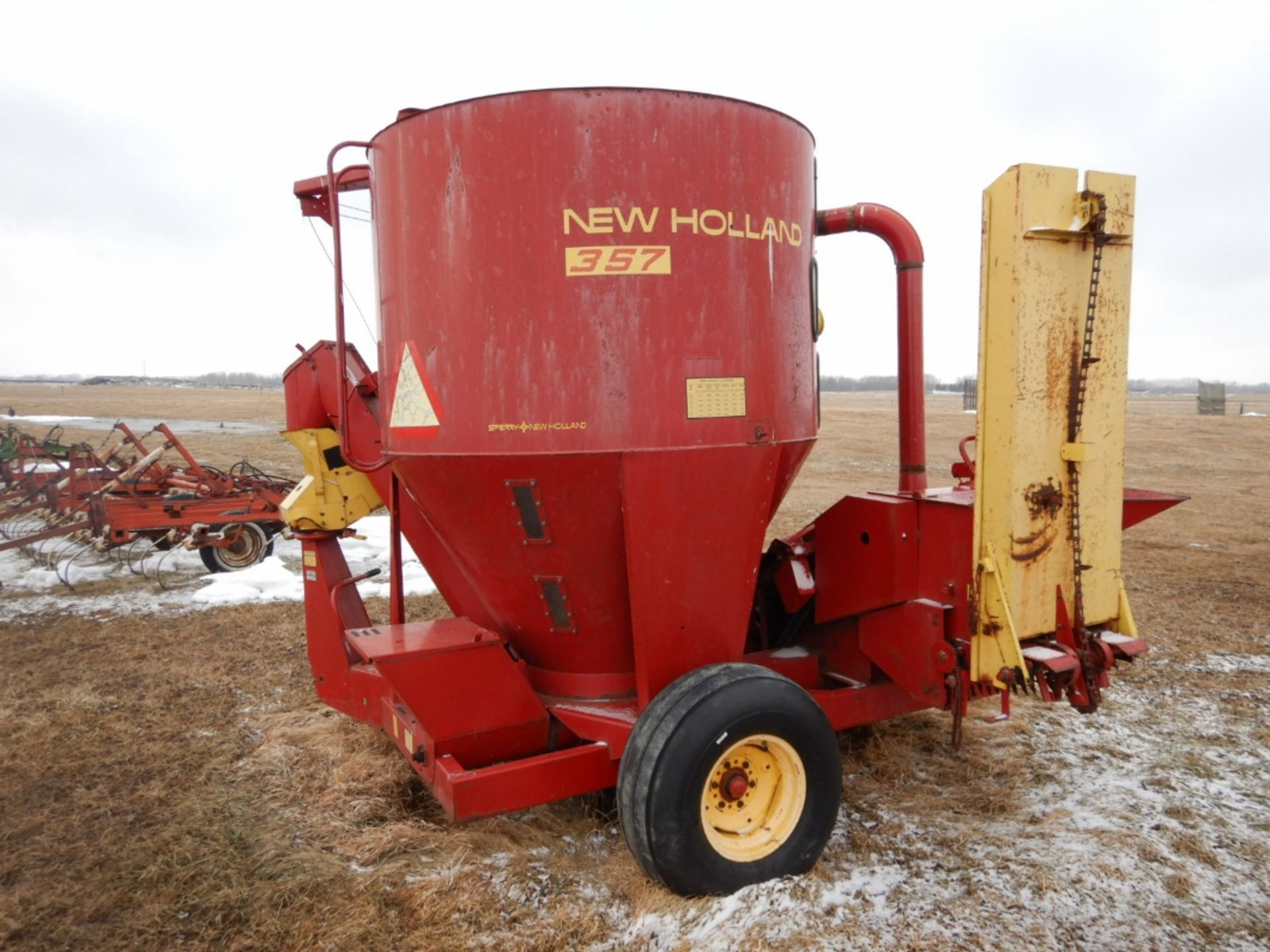 NH 357 GRINDER MIXER MILL W/SQUARE BALE FEEDER ATTACH., EXTRA SCREENS - Image 3 of 7