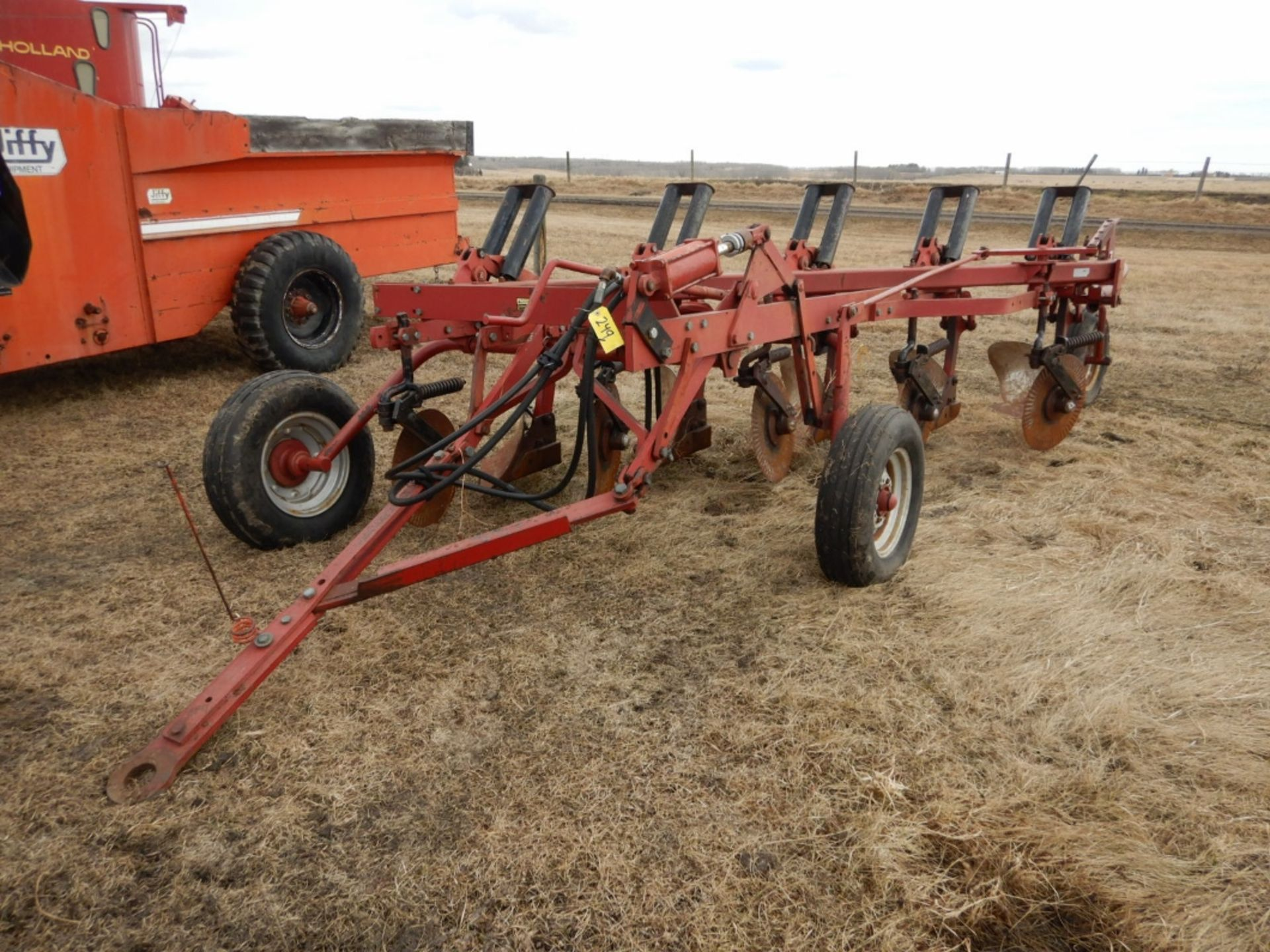 CASE IHC 770 - 5 BTM. PLOW W/COLTERS - Image 5 of 5