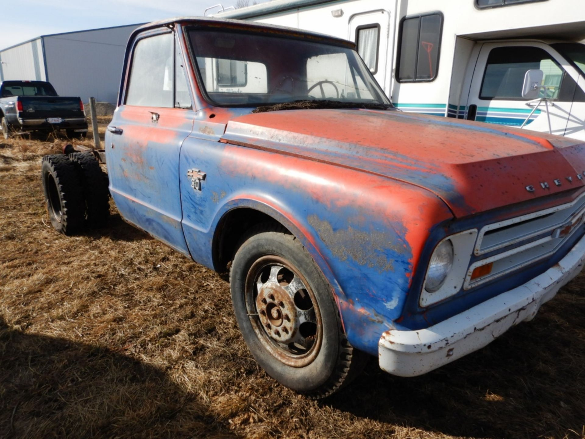 1970'S CHEV 30 CAB & CHASSIS - REG CAB, DUALS, NO ENGINE OR TRANSMISSION S/N CE3371125498 - Image 3 of 9
