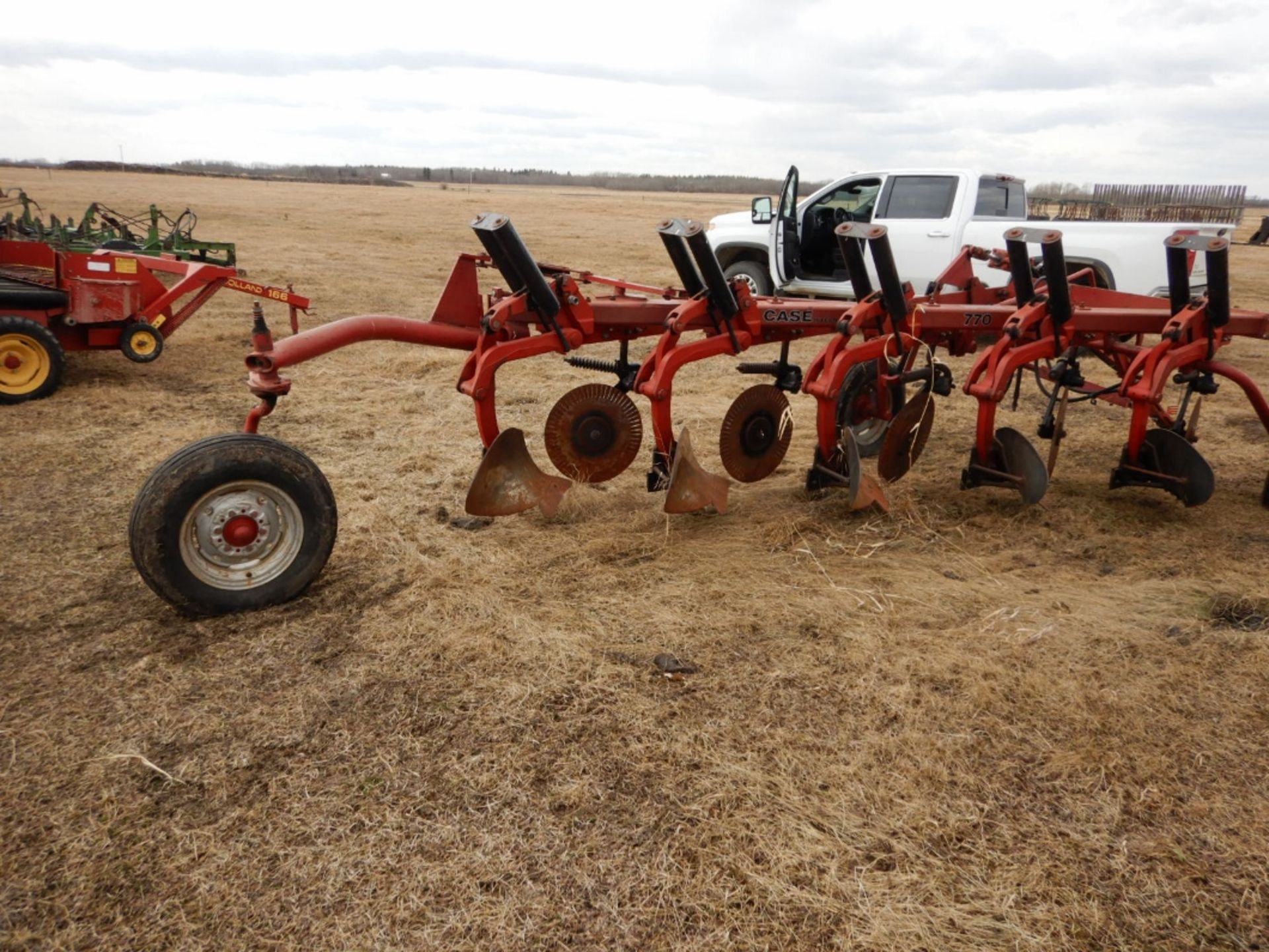 CASE IHC 770 - 5 BTM. PLOW W/COLTERS - Image 2 of 5