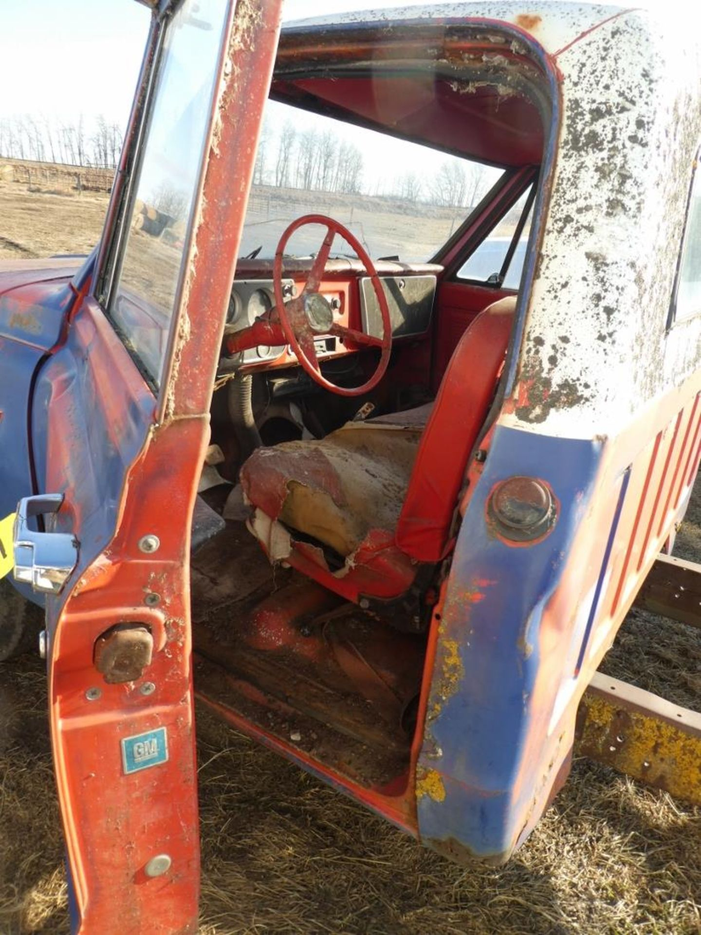 1970'S CHEV 30 CAB & CHASSIS - REG CAB, DUALS, NO ENGINE OR TRANSMISSION S/N CE3371125498 - Image 6 of 9