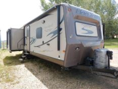 2015 FLAGSTAFF CLASSIC SUPER LITE 32FT TRAVEL TRAILER, 3 SLIDES, GREAT CONDITION BELOW 800 ROAD KMS!