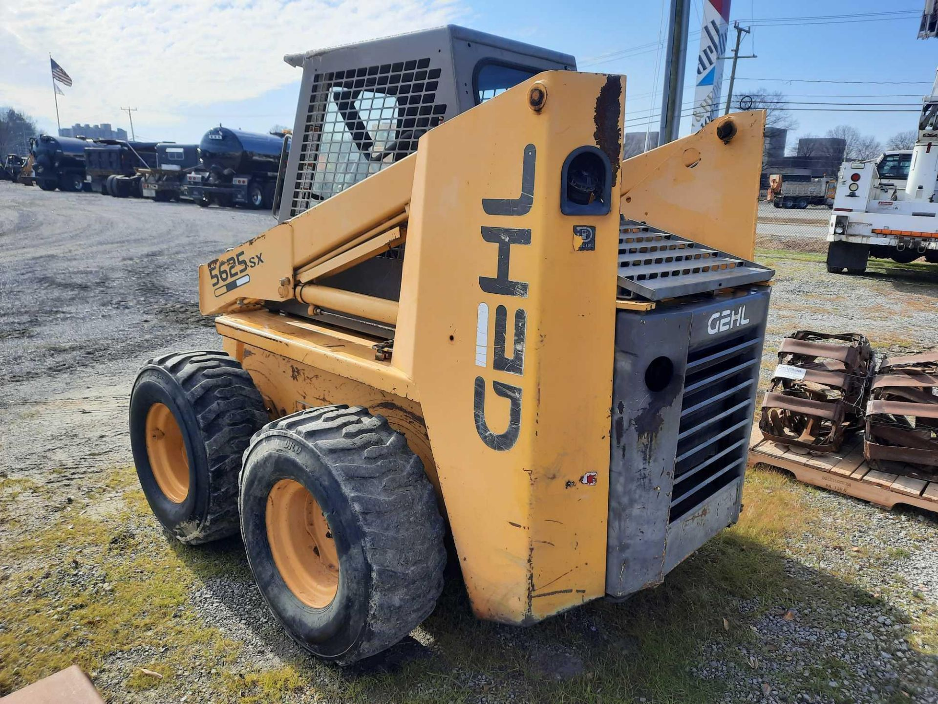 1995 GEHL 5625 SX SKID-STEER WITH ATTACHMENTS - Image 2 of 4