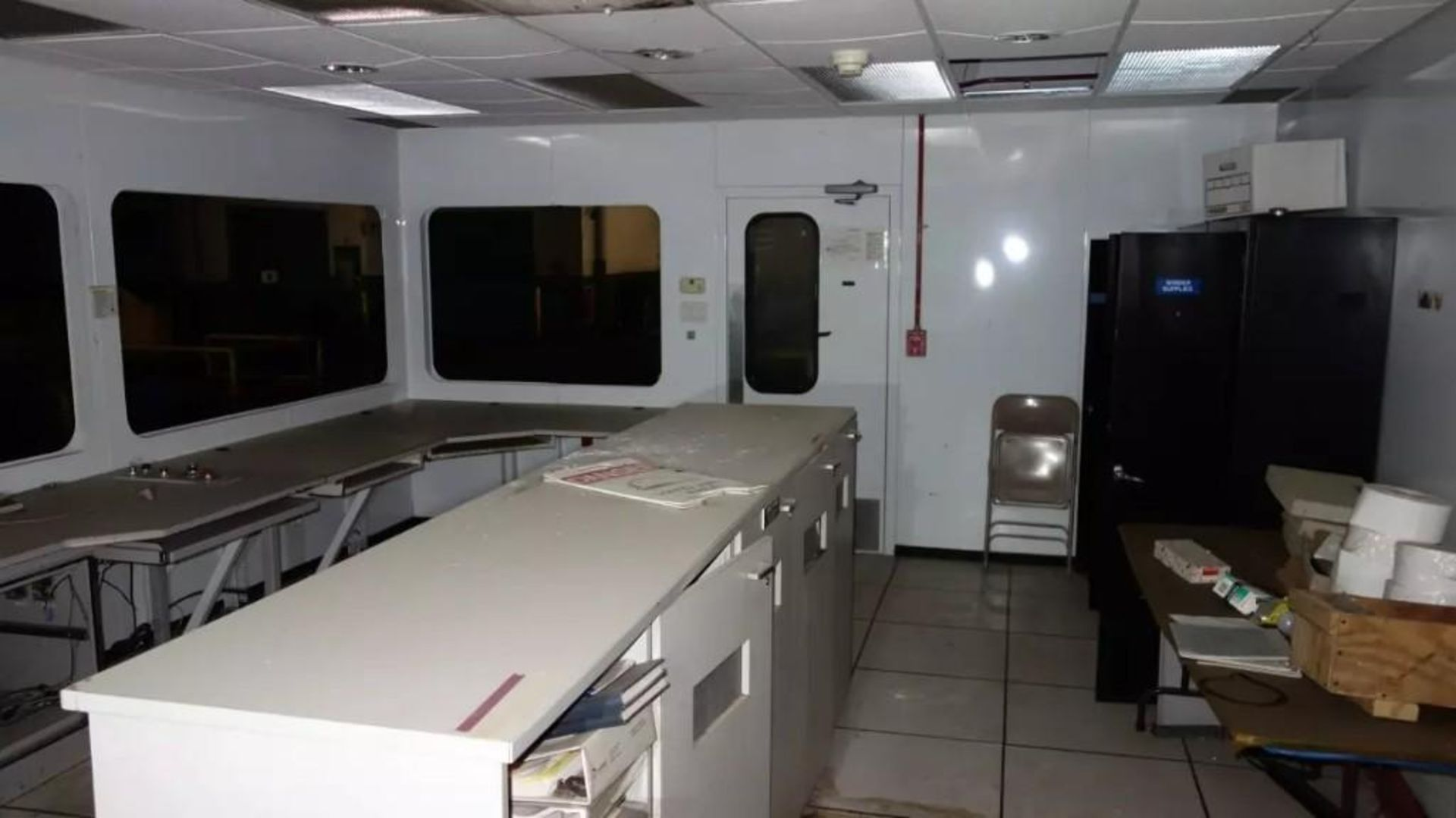 PREFABRICATED MODULAR OFFICE MECART COMMAND CENTER OFFICE WITH CONTENTS, 25X18FT (MISSING WINDOWS) - Image 7 of 11