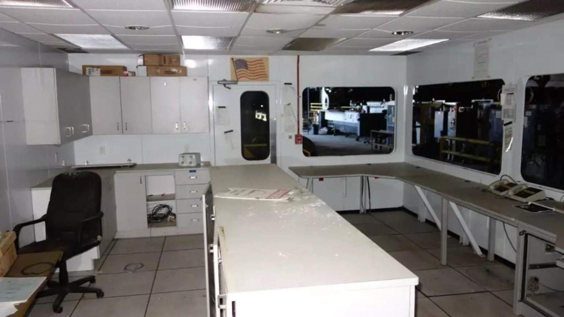 PREFABRICATED MODULAR OFFICE MECART COMMAND CENTER OFFICE WITH CONTENTS, 25X18FT (MISSING WINDOWS) - Image 3 of 11