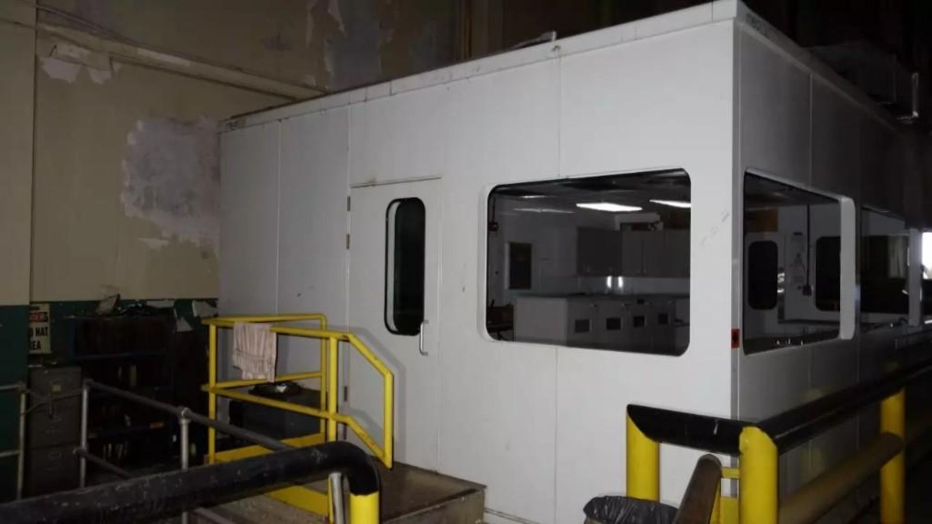 PREFABRICATED MODULAR OFFICE MECART COMMAND CENTER OFFICE WITH CONTENTS, 25X18FT (MISSING WINDOWS) - Image 4 of 11