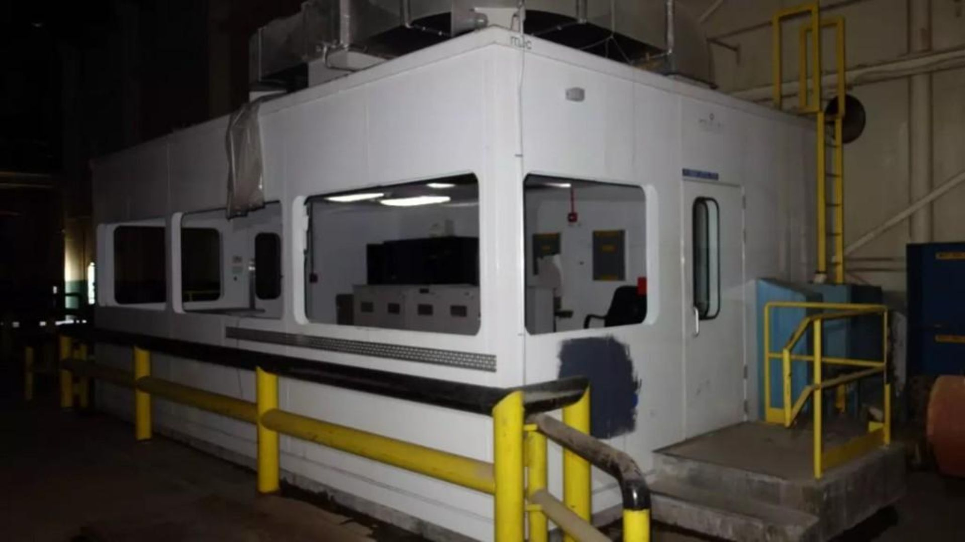 PREFABRICATED MODULAR OFFICE MECART COMMAND CENTER OFFICE WITH CONTENTS, 25X18FT (MISSING WINDOWS) - Image 5 of 11