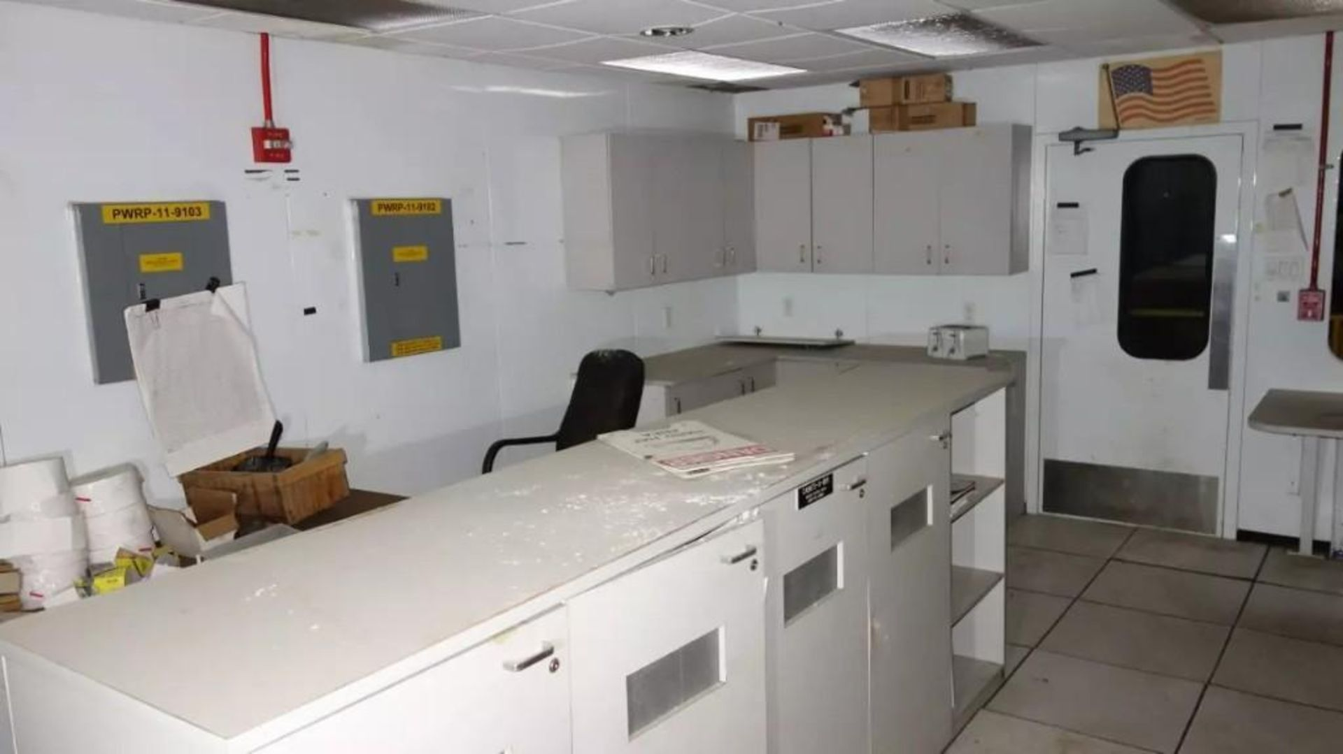 PREFABRICATED MODULAR OFFICE MECART COMMAND CENTER OFFICE WITH CONTENTS, 25X18FT (MISSING WINDOWS) - Image 8 of 11