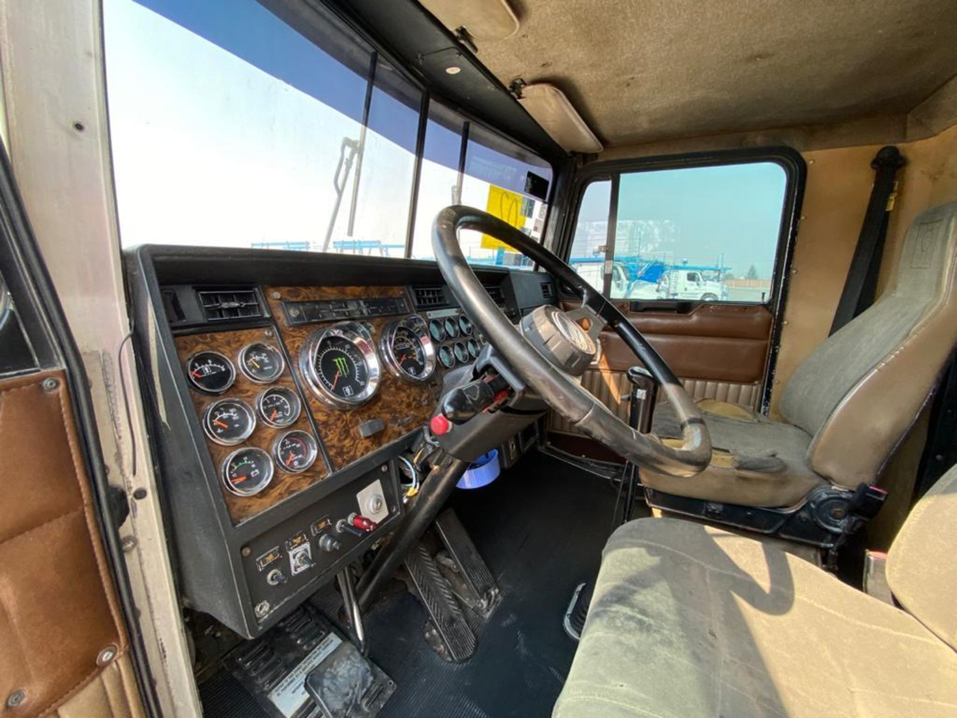 1999 Kenworth Sleeper truck tractor, standard transmission of 18 speeds - Image 49 of 75