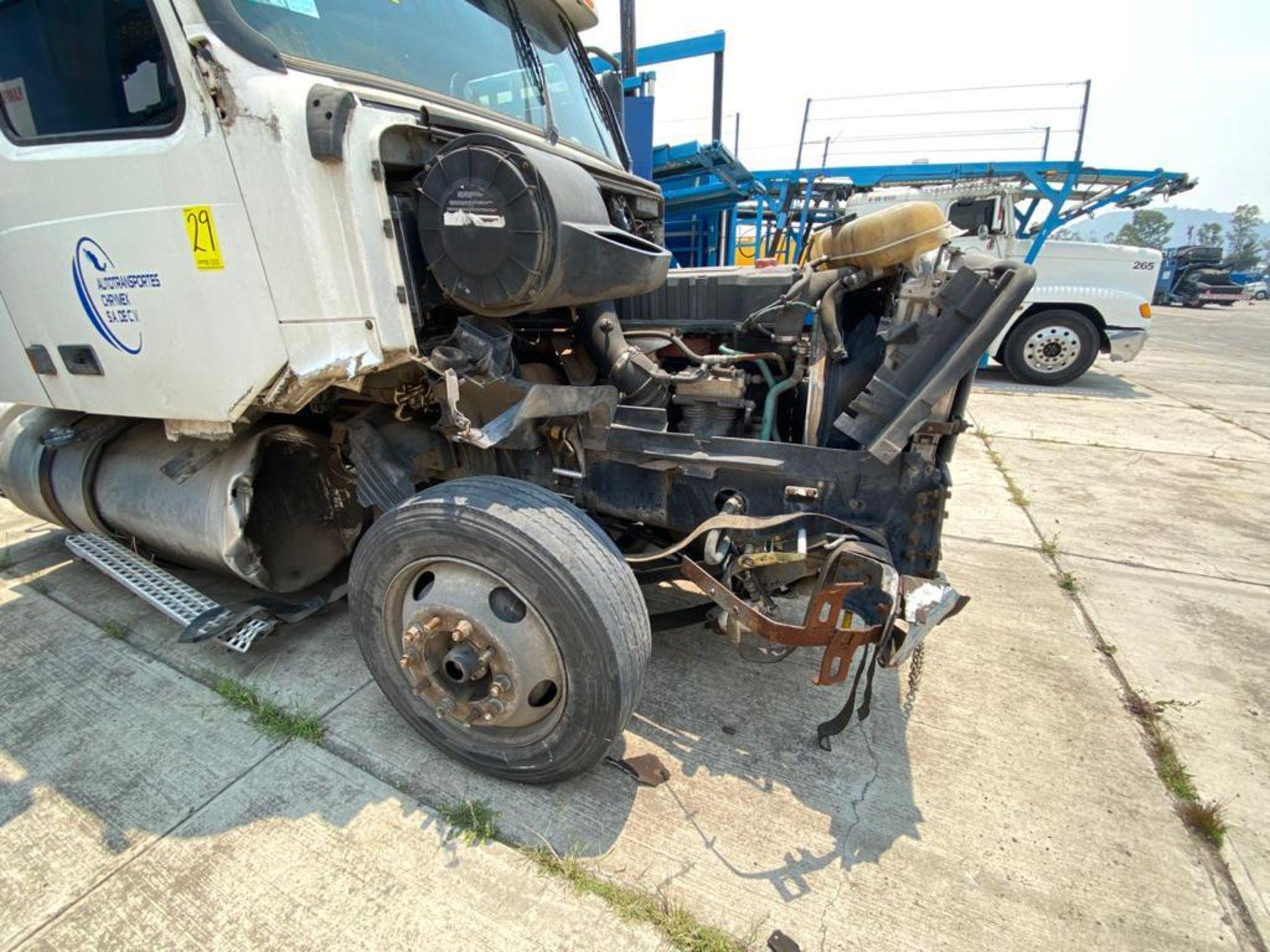 2001 Volvo Sleeper Truck Tractor, estándar transmissión of 18 speeds, with Volvo motor - Image 32 of 60