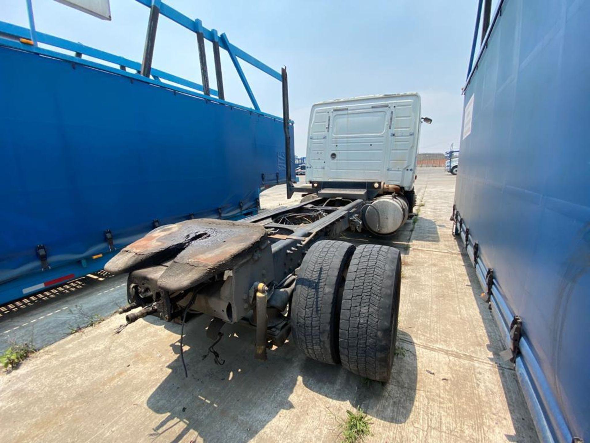 2001 Volvo Sleeper Truck Tractor, estándar transmissión of 18 speeds, with Volvo motor - Image 11 of 60