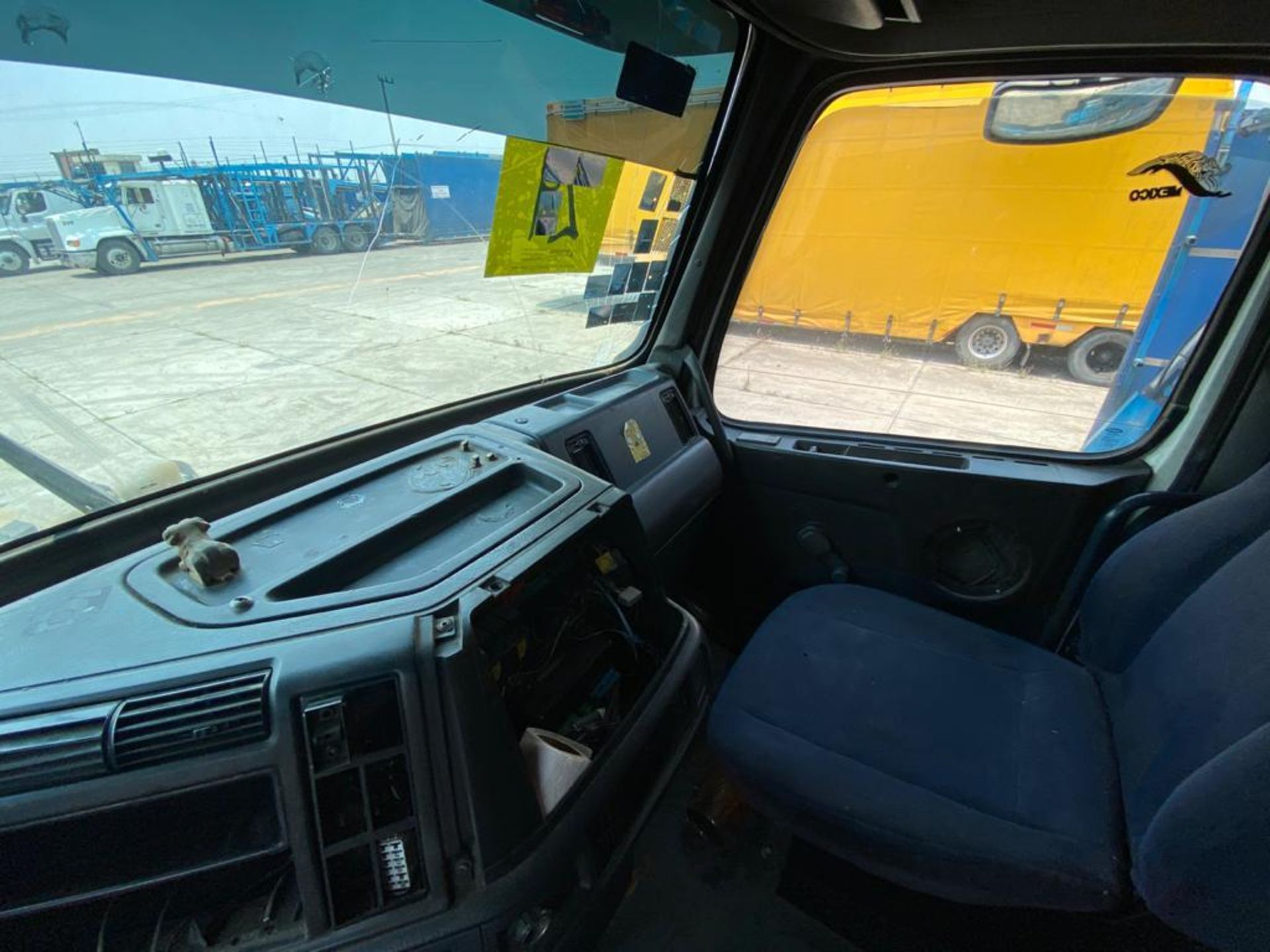 2001 Volvo Sleeper Truck Tractor, estándar transmissión of 18 speeds, with Volvo motor - Image 43 of 60