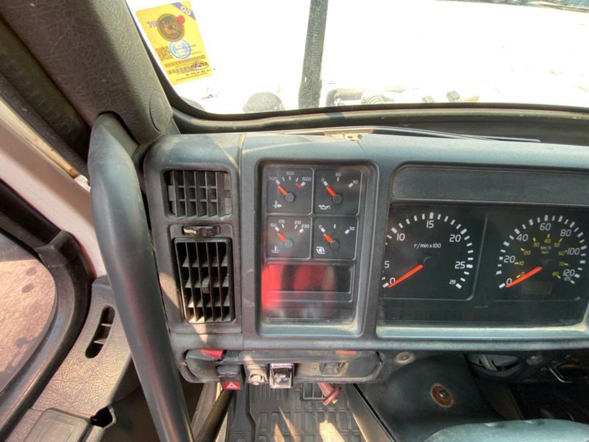 2001 Volvo Sleeper Truck Tractor, estándar transmissión of 18 speeds, with Volvo motor - Image 52 of 60