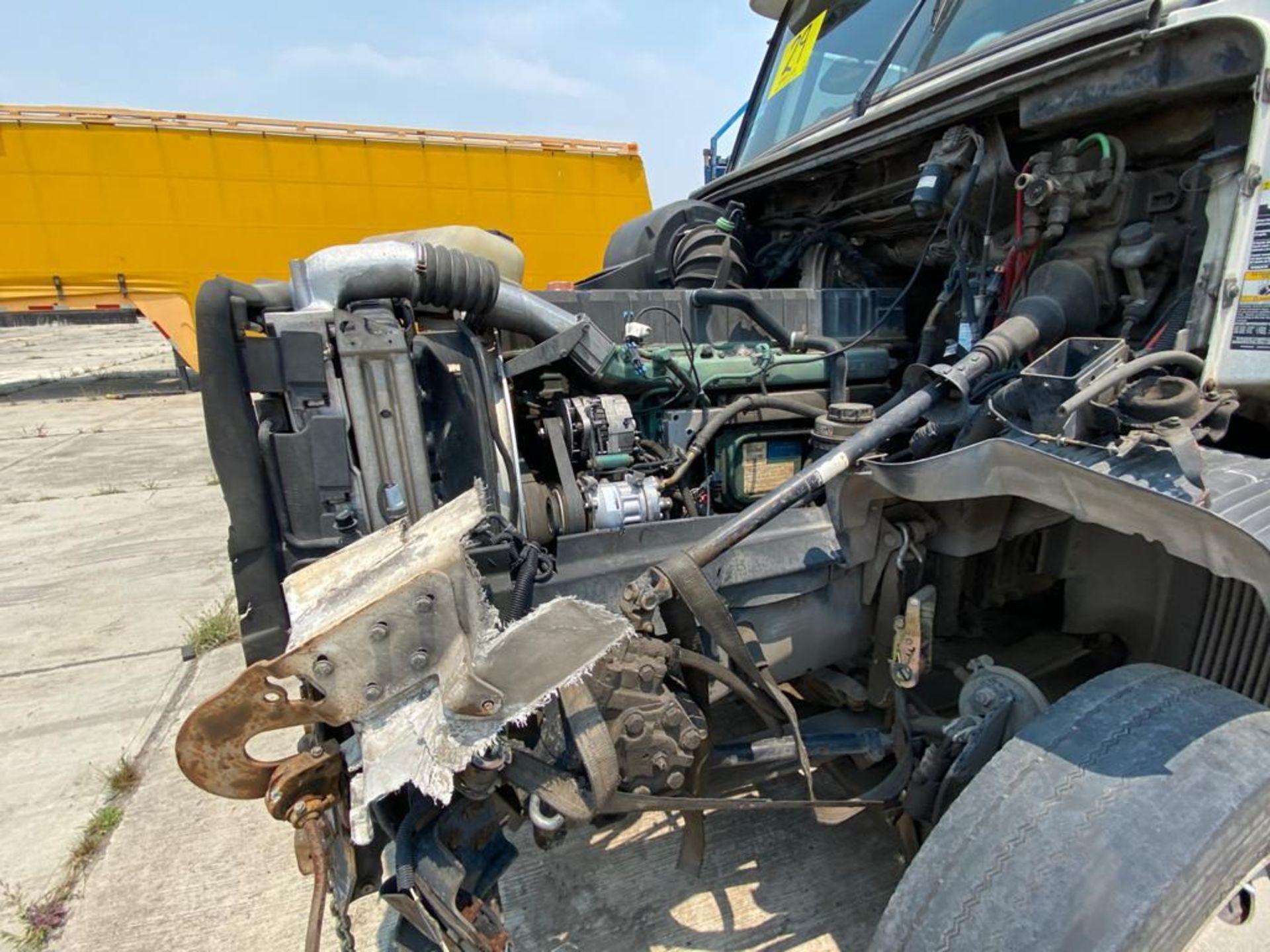 2001 Volvo Sleeper Truck Tractor, estándar transmissión of 18 speeds, with Volvo motor - Image 34 of 60