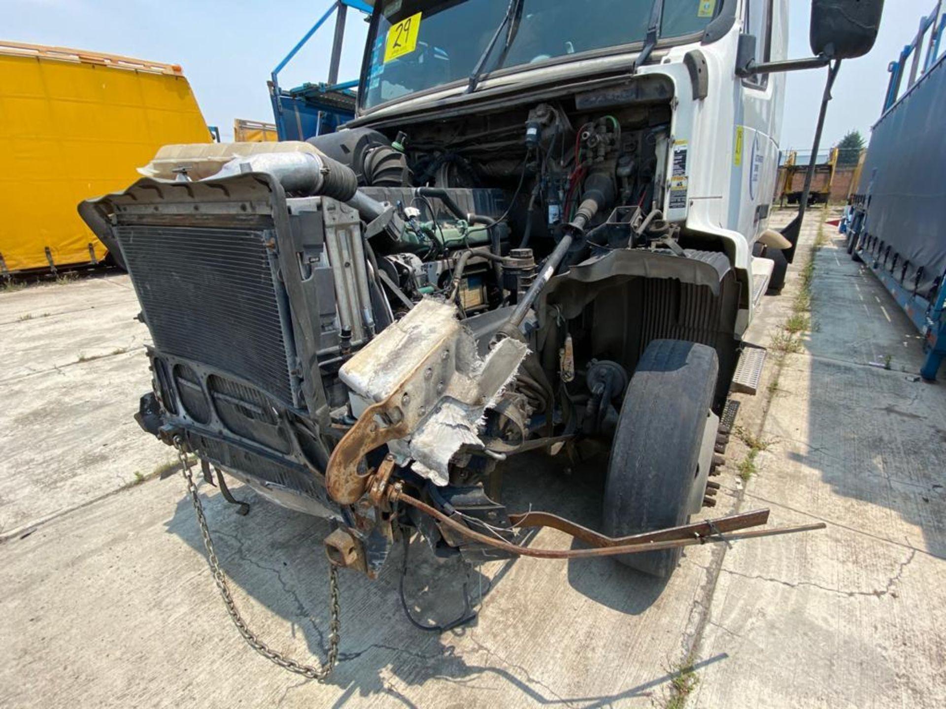 2001 Volvo Sleeper Truck Tractor, estándar transmissión of 18 speeds, with Volvo motor - Image 33 of 60
