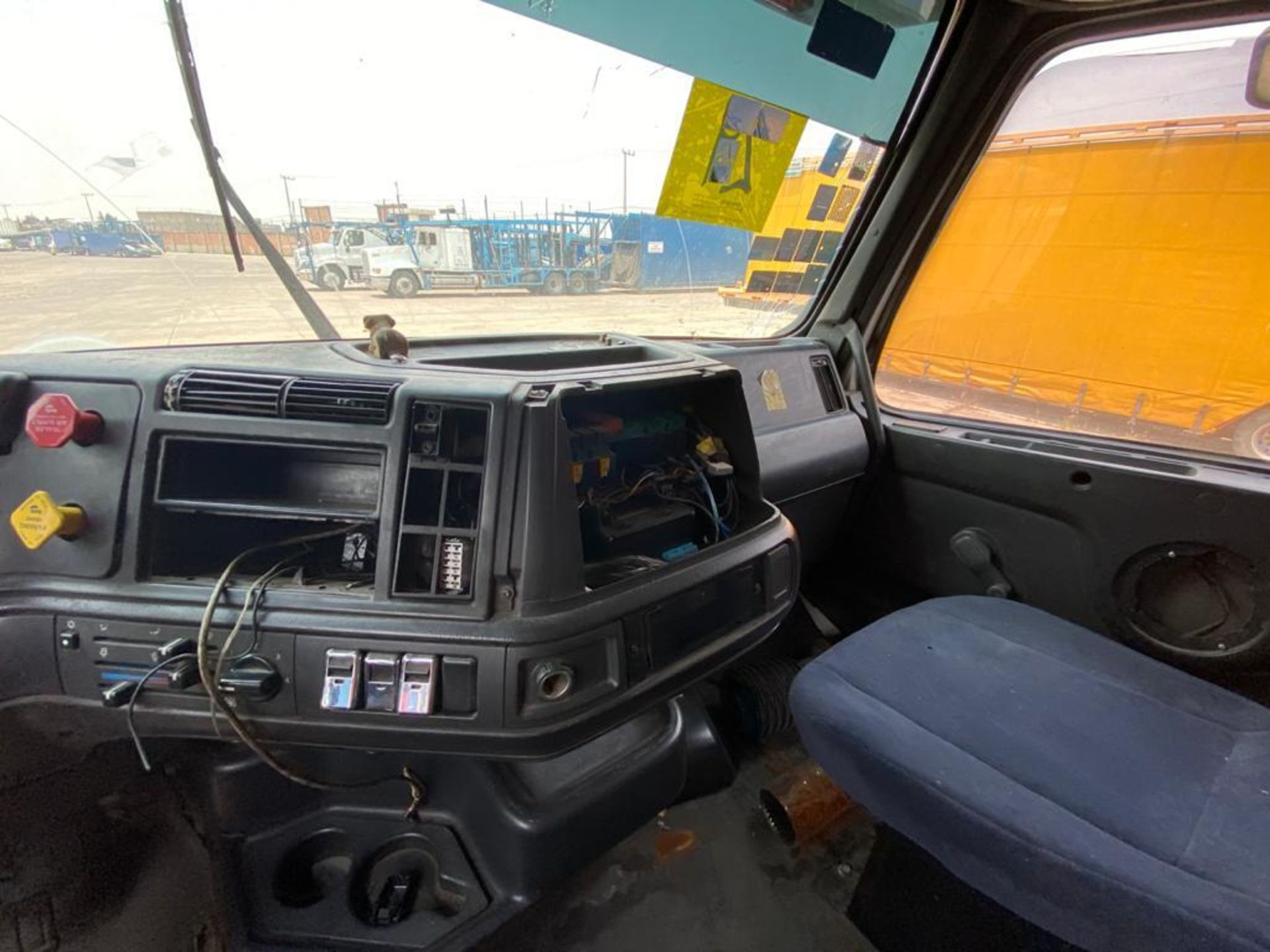 2001 Volvo Sleeper Truck Tractor, estándar transmissión of 18 speeds, with Volvo motor - Image 47 of 60