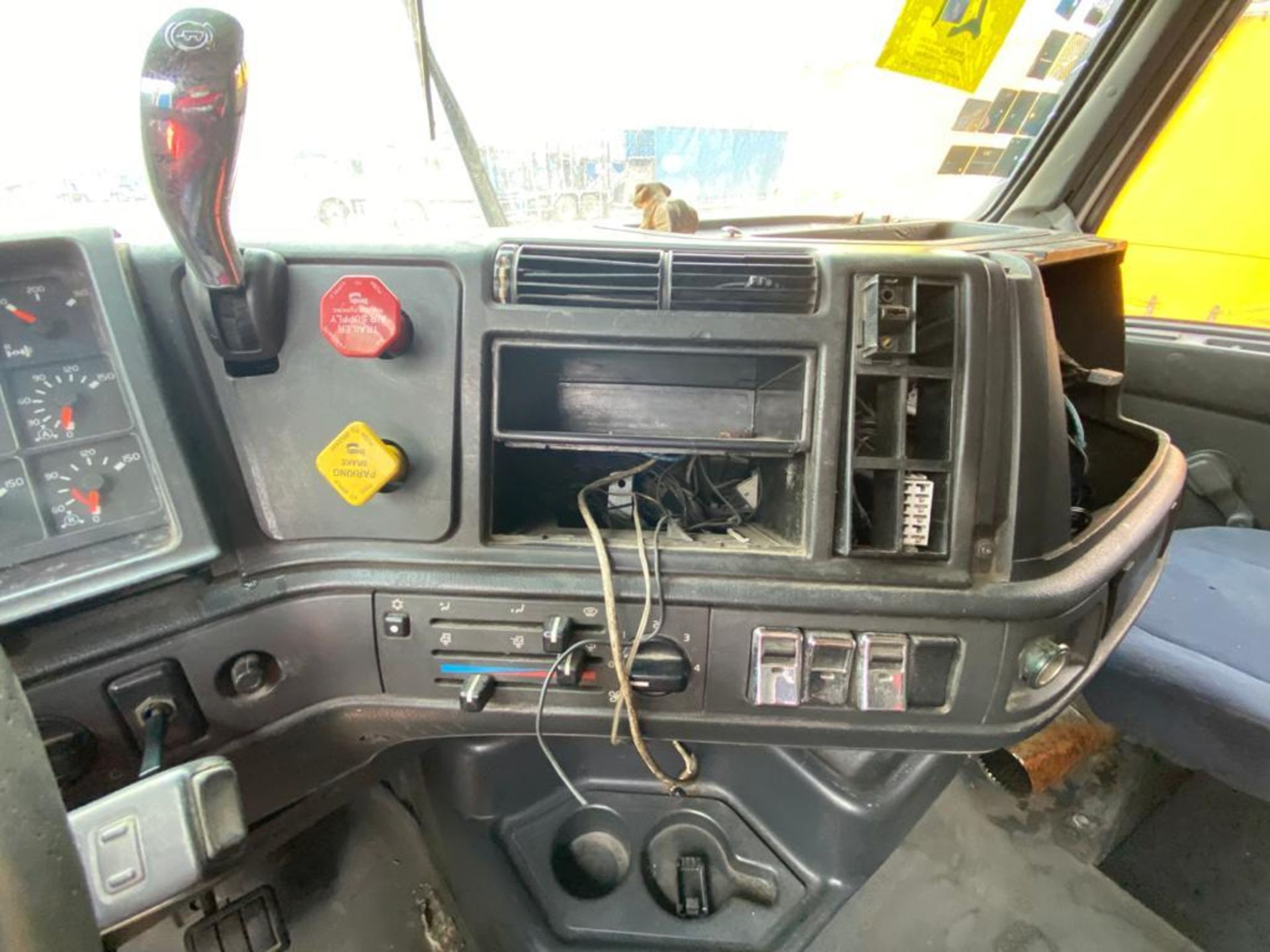 2001 Volvo Sleeper Truck Tractor, estándar transmissión of 18 speeds, with Volvo motor - Image 49 of 60