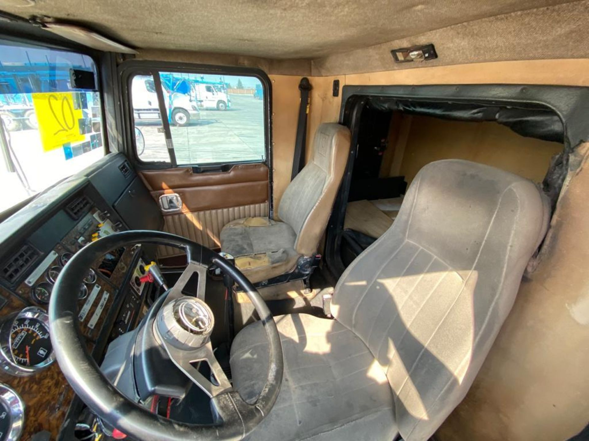 1999 Kenworth Sleeper truck tractor, standard transmission of 18 speeds - Image 38 of 75