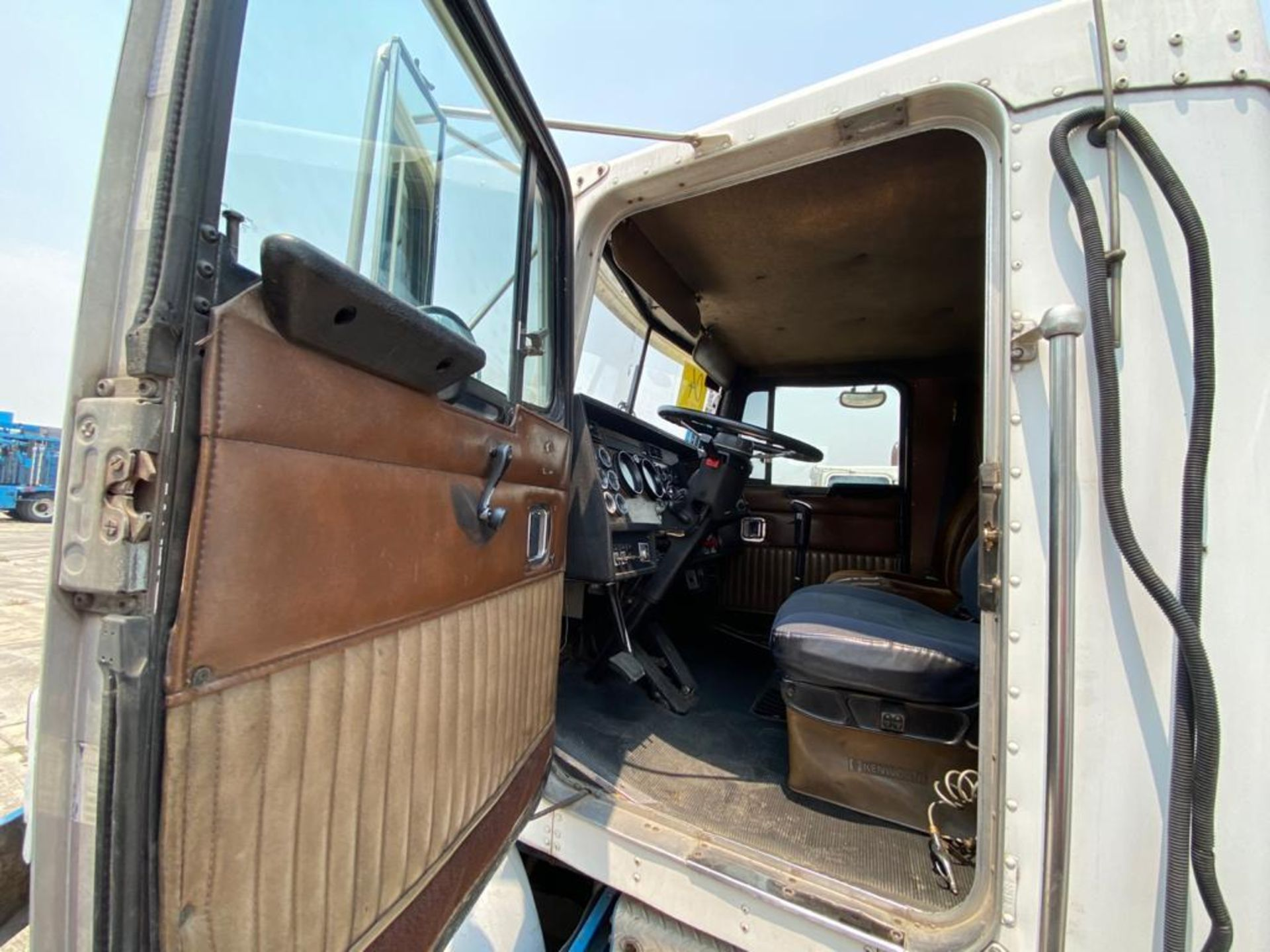 1999 Kenworth Sleeper truck tractor, standard transmission of 18 speeds - Image 28 of 70
