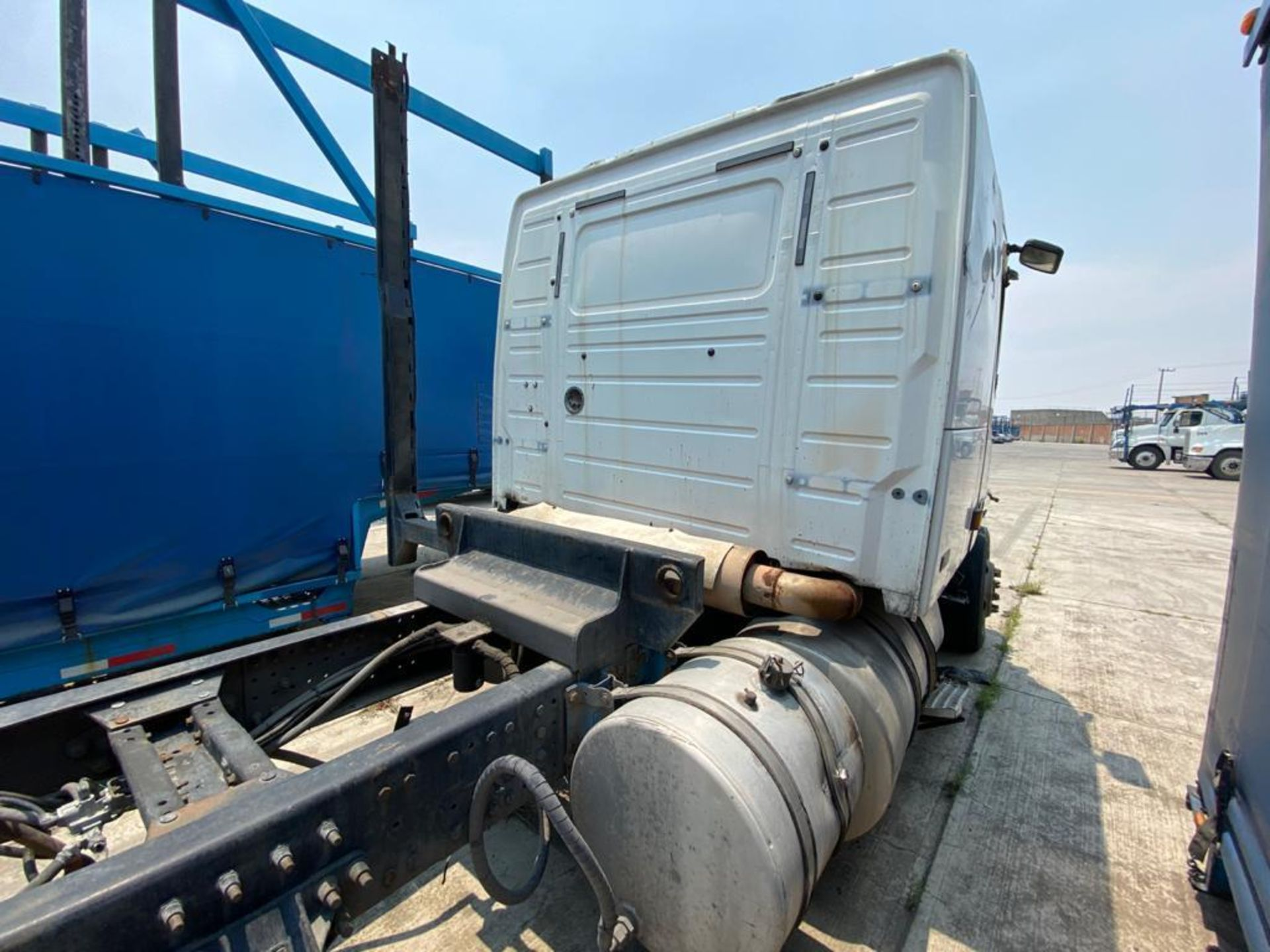 2001 Volvo Sleeper Truck Tractor, estándar transmissión of 18 speeds, with Volvo motor - Image 27 of 60