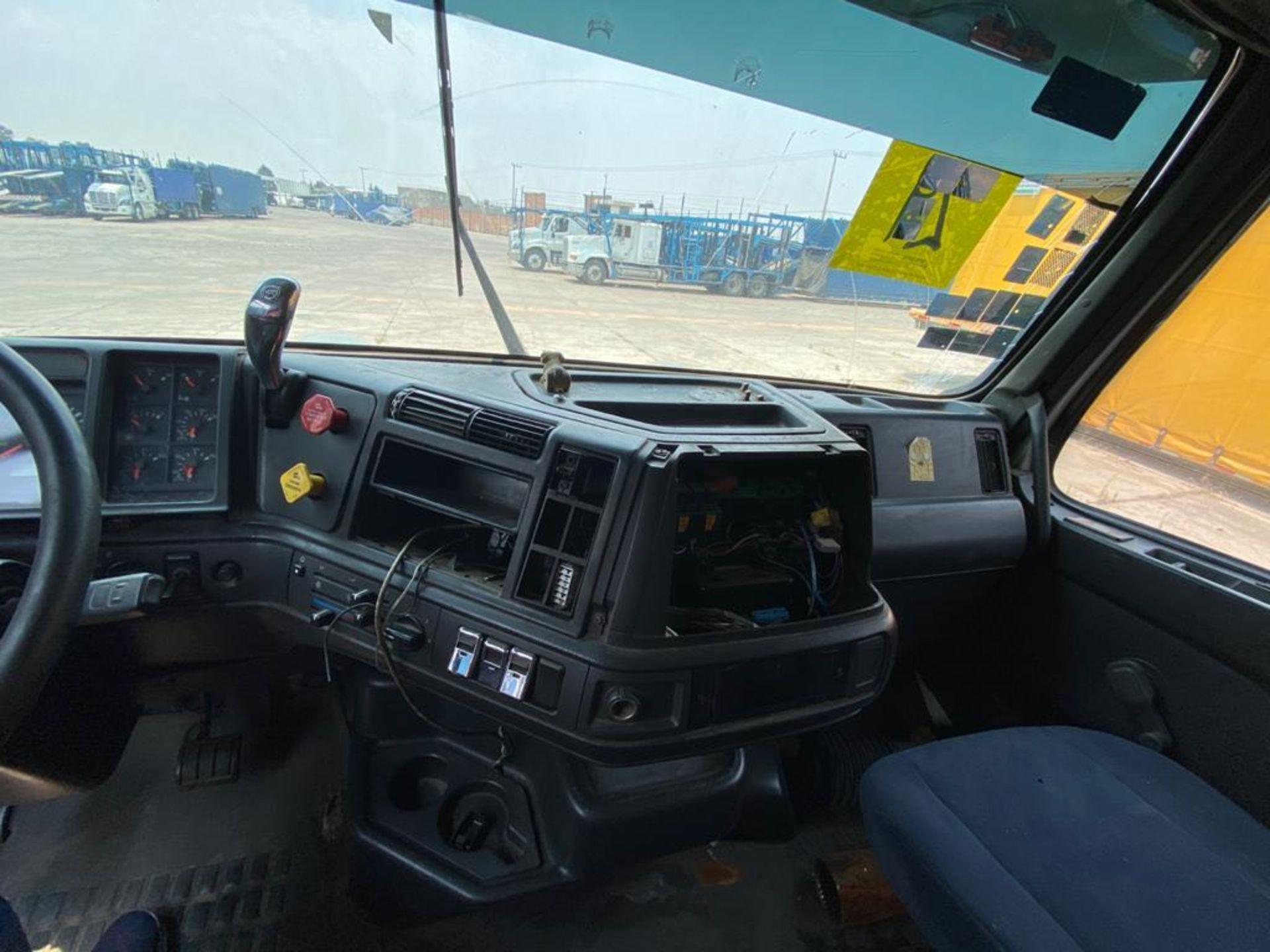 2001 Volvo Sleeper Truck Tractor, estándar transmissión of 18 speeds, with Volvo motor - Image 48 of 60