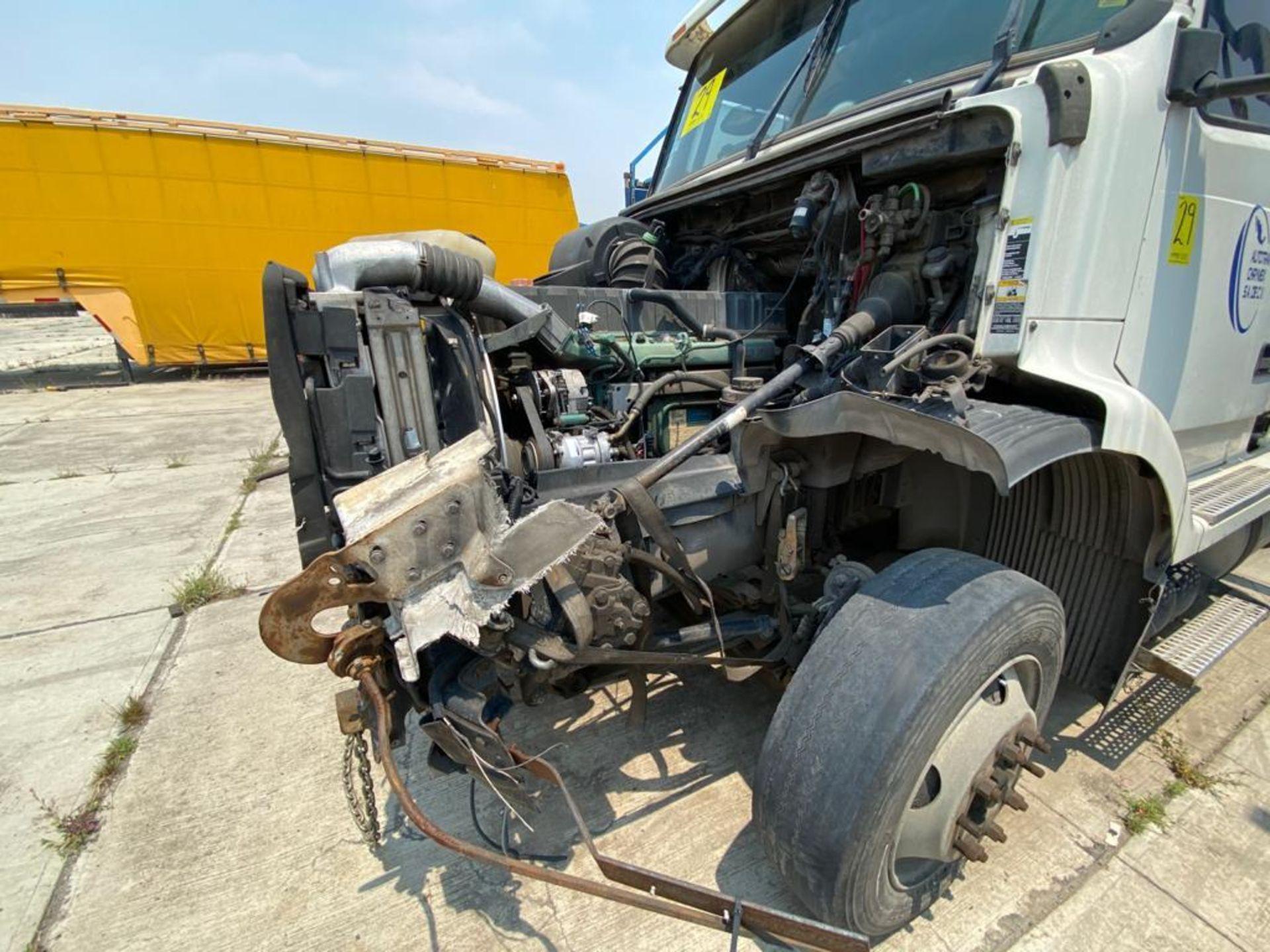 2001 Volvo Sleeper Truck Tractor, estándar transmissión of 18 speeds, with Volvo motor - Image 37 of 60