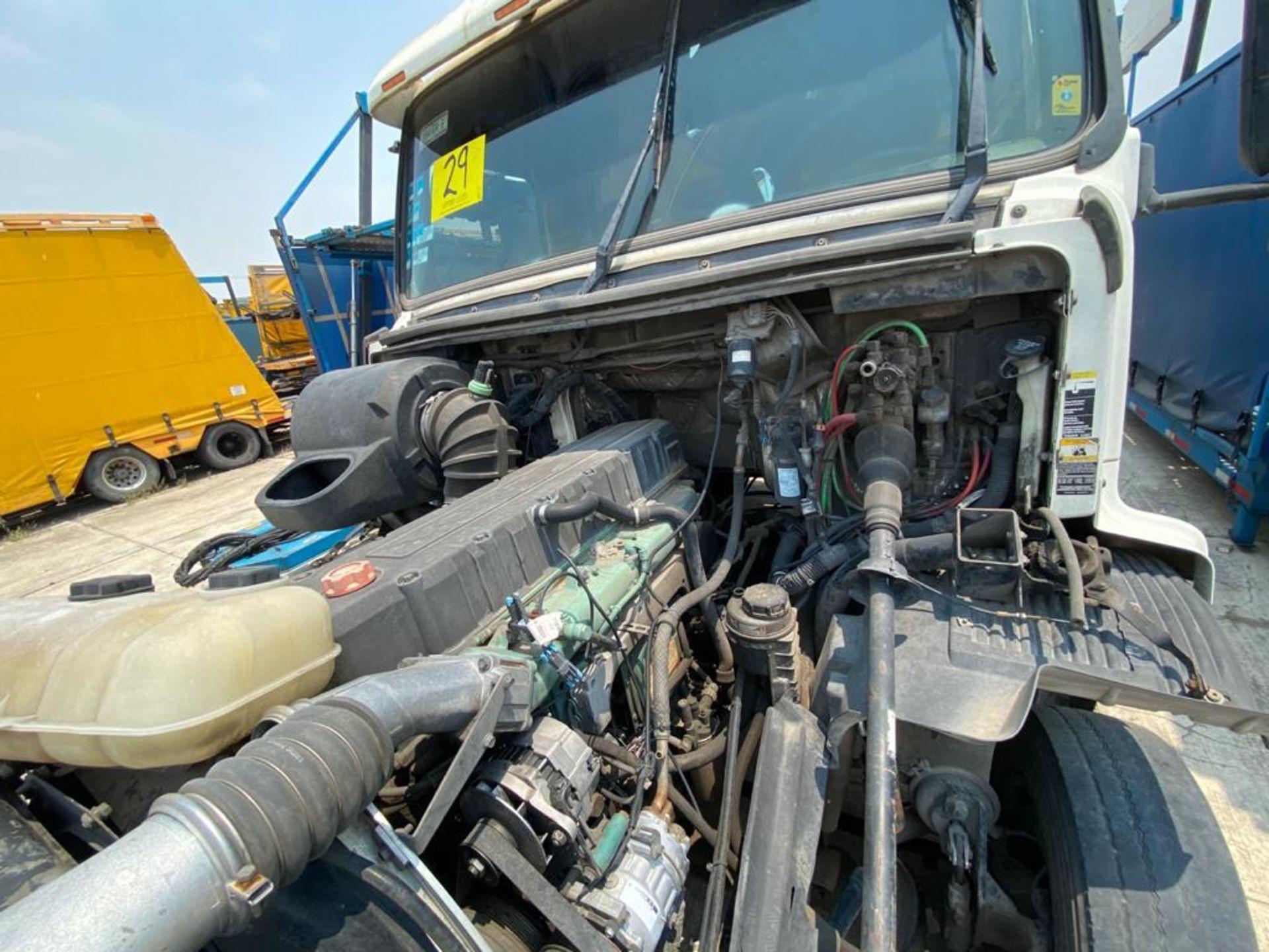 2001 Volvo Sleeper Truck Tractor, estándar transmissión of 18 speeds, with Volvo motor - Image 38 of 60