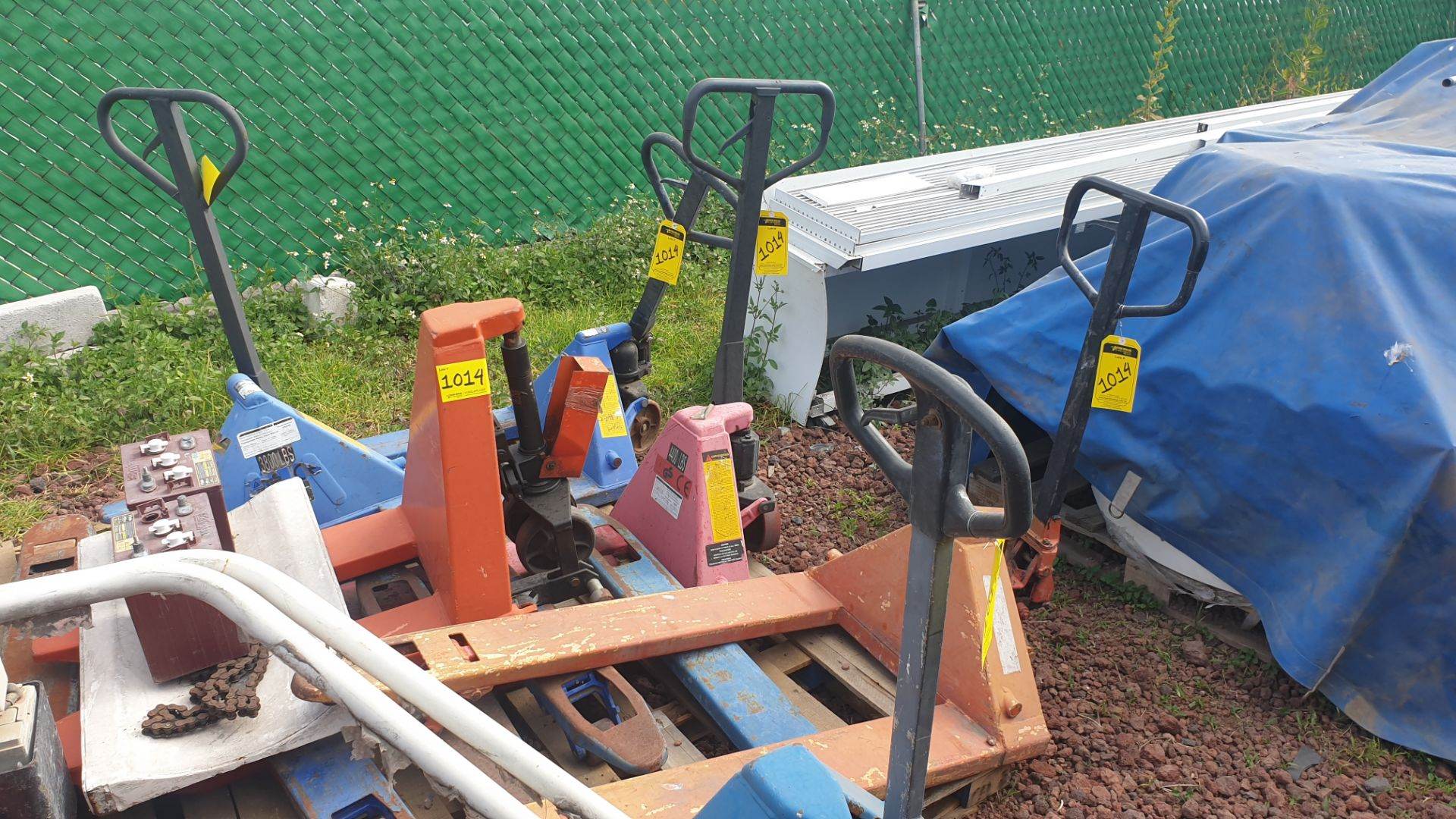 6 Manual hand pallet trucks , different models and capacities. Please inspect - Image 3 of 13