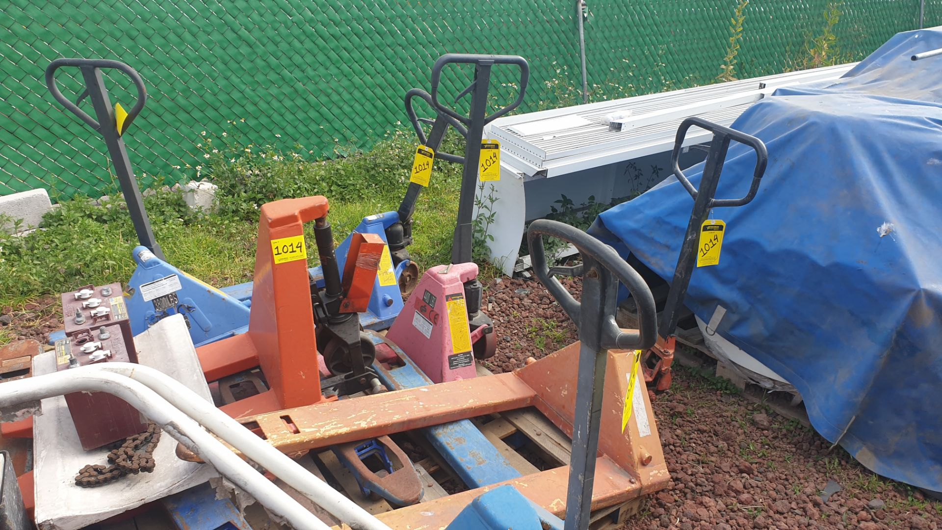 6 Manual hand pallet trucks , different models and capacities. Please inspect - Image 2 of 13