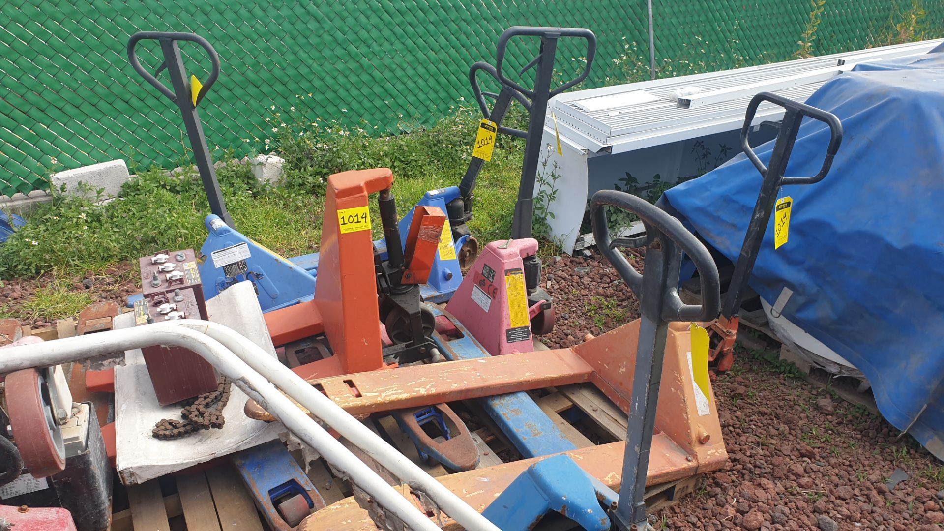 6 Manual hand pallet trucks , different models and capacities. Please inspect - Image 5 of 13