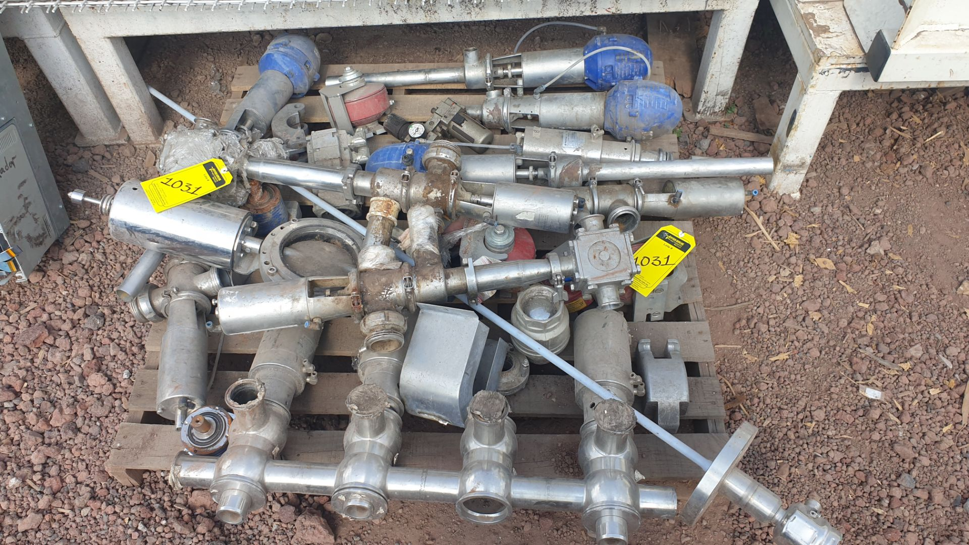 Lot of spare parts, valves, volumetric scales. Please inspect - Image 2 of 8