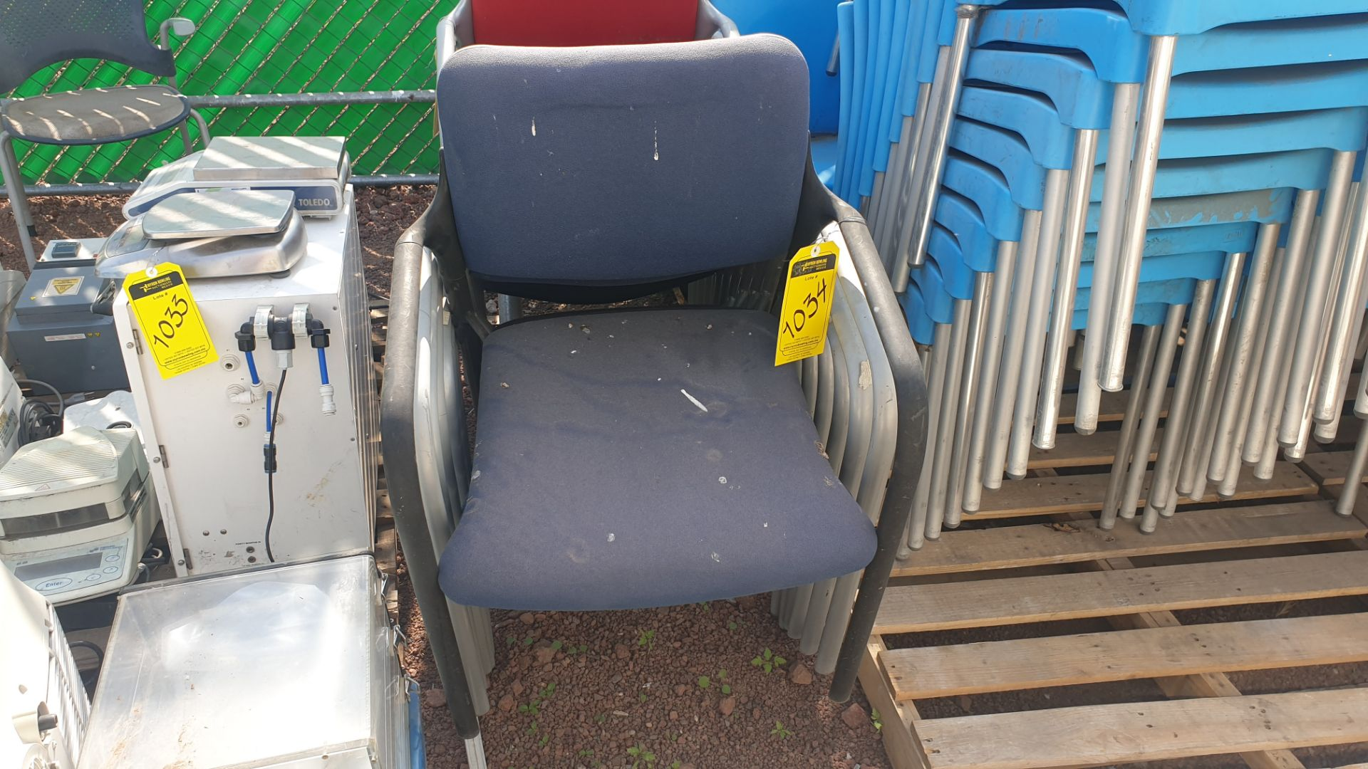 Lot of 40 blue plastic chairs, includes 7 metal office chairs with upholstered back and seat - Image 6 of 6