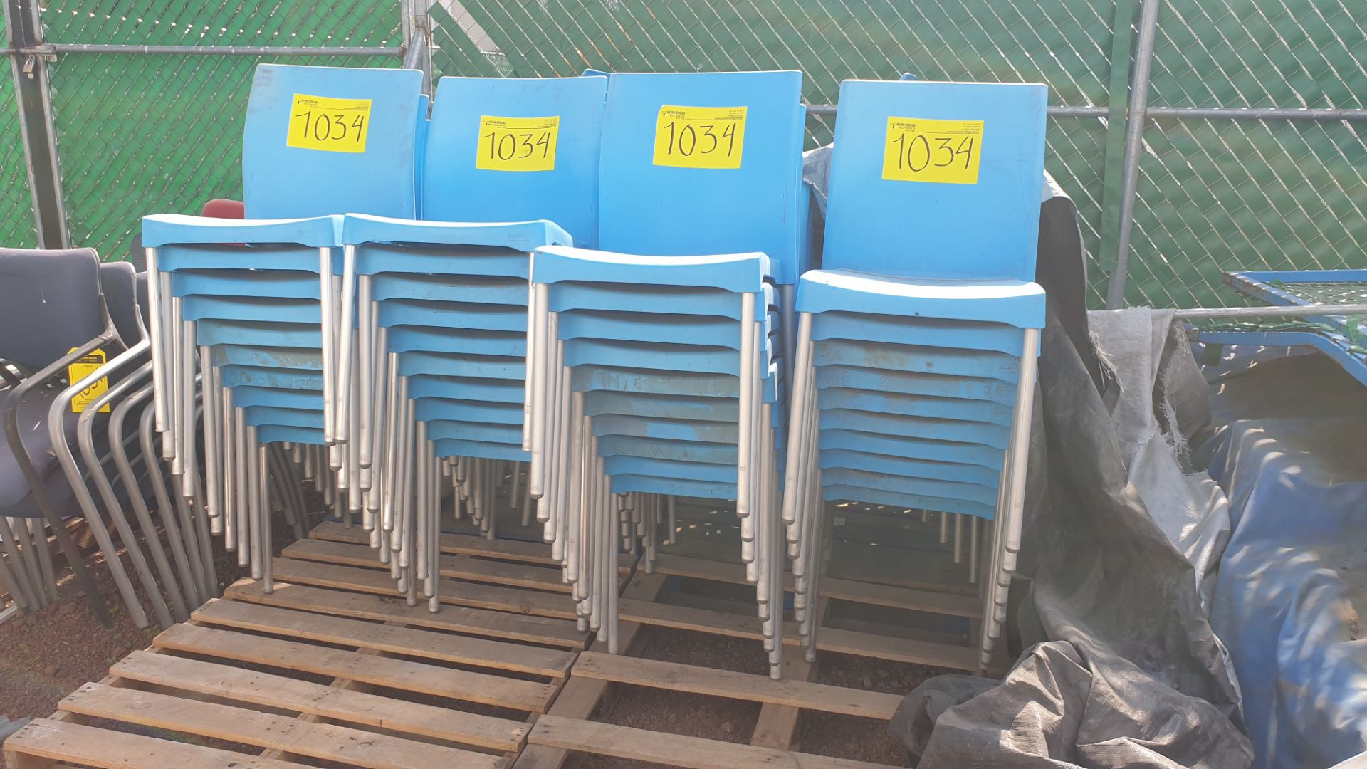 Lot of 40 blue plastic chairs, includes 7 metal office chairs with upholstered back and seat - Image 4 of 6