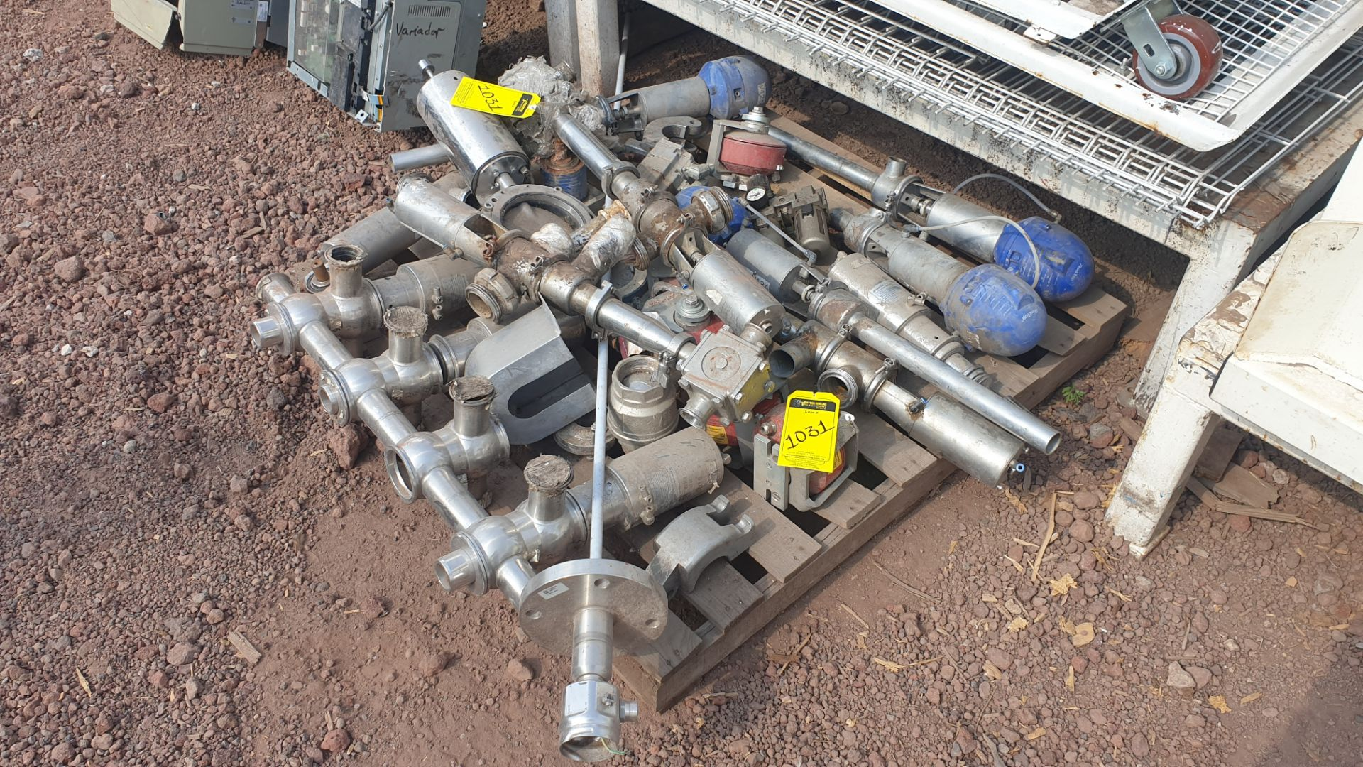 Lot of spare parts, valves, volumetric scales. Please inspect - Image 7 of 8