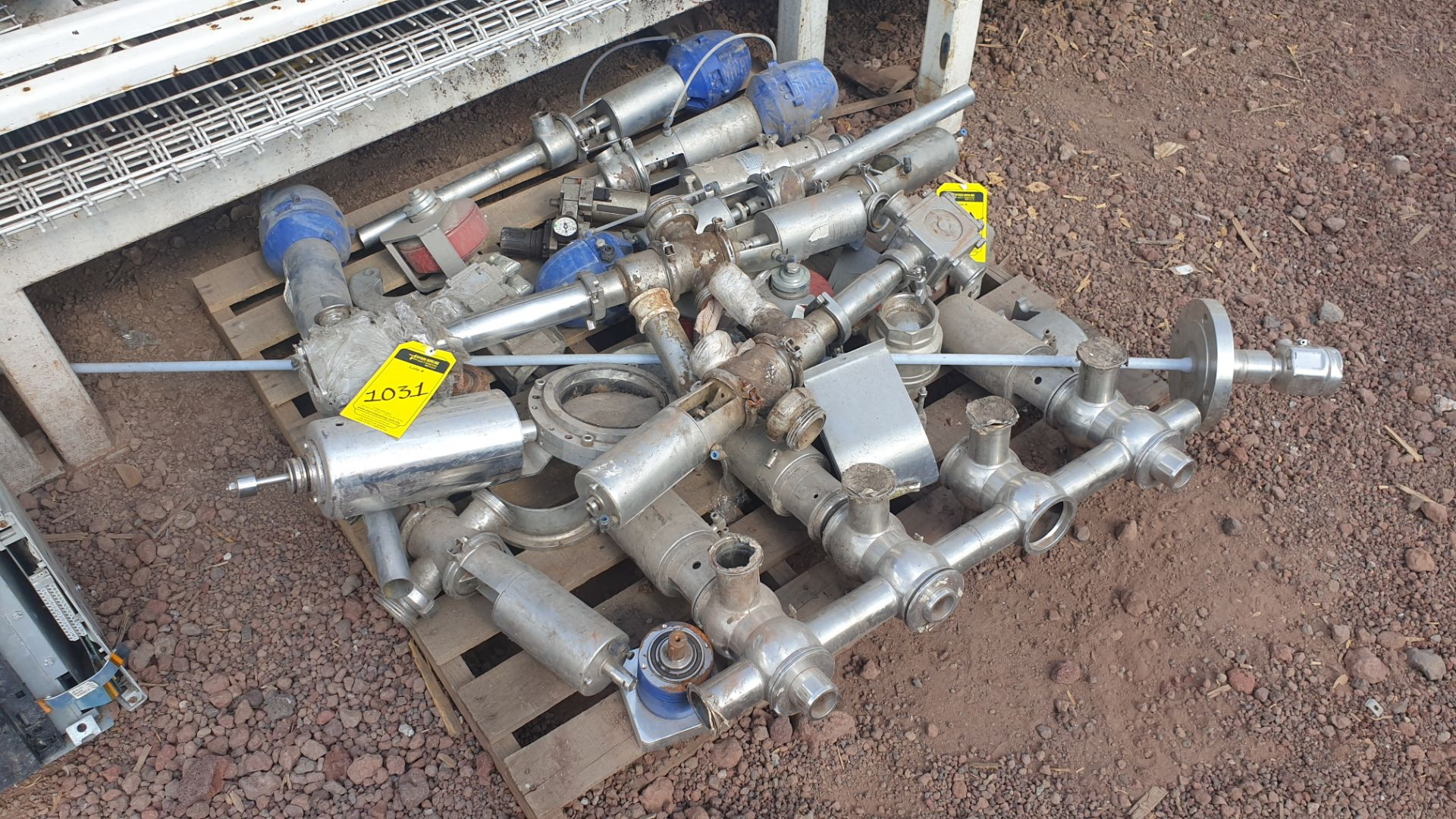Lot of spare parts, valves, volumetric scales. Please inspect - Image 3 of 8
