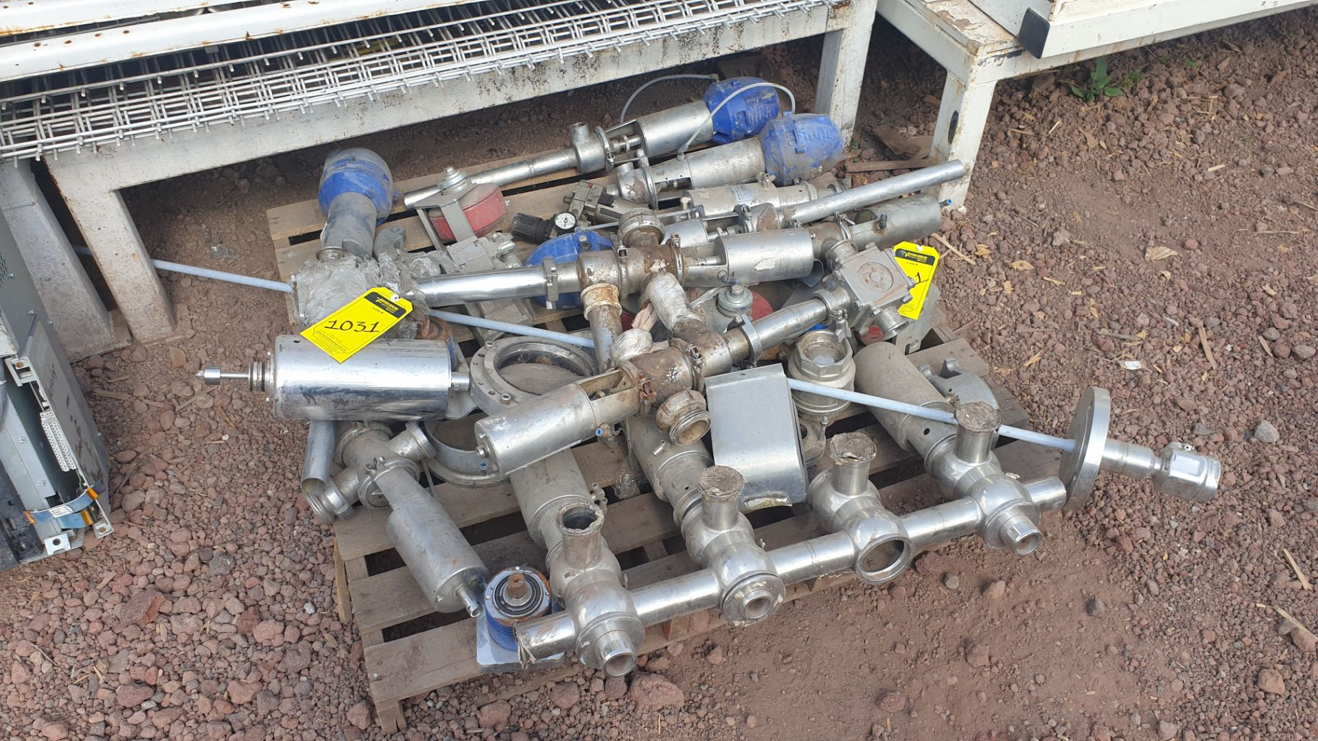 Lot of spare parts, valves, volumetric scales. Please inspect - Image 6 of 8