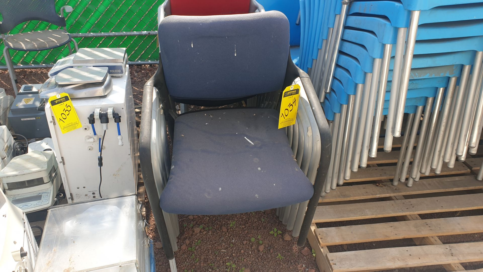 Lot of 40 blue plastic chairs, includes 7 metal office chairs with upholstered back and seat - Image 5 of 6