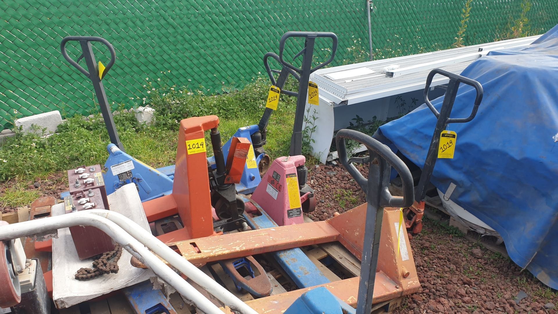6 Manual hand pallet trucks , different models and capacities. Please inspect - Image 4 of 13