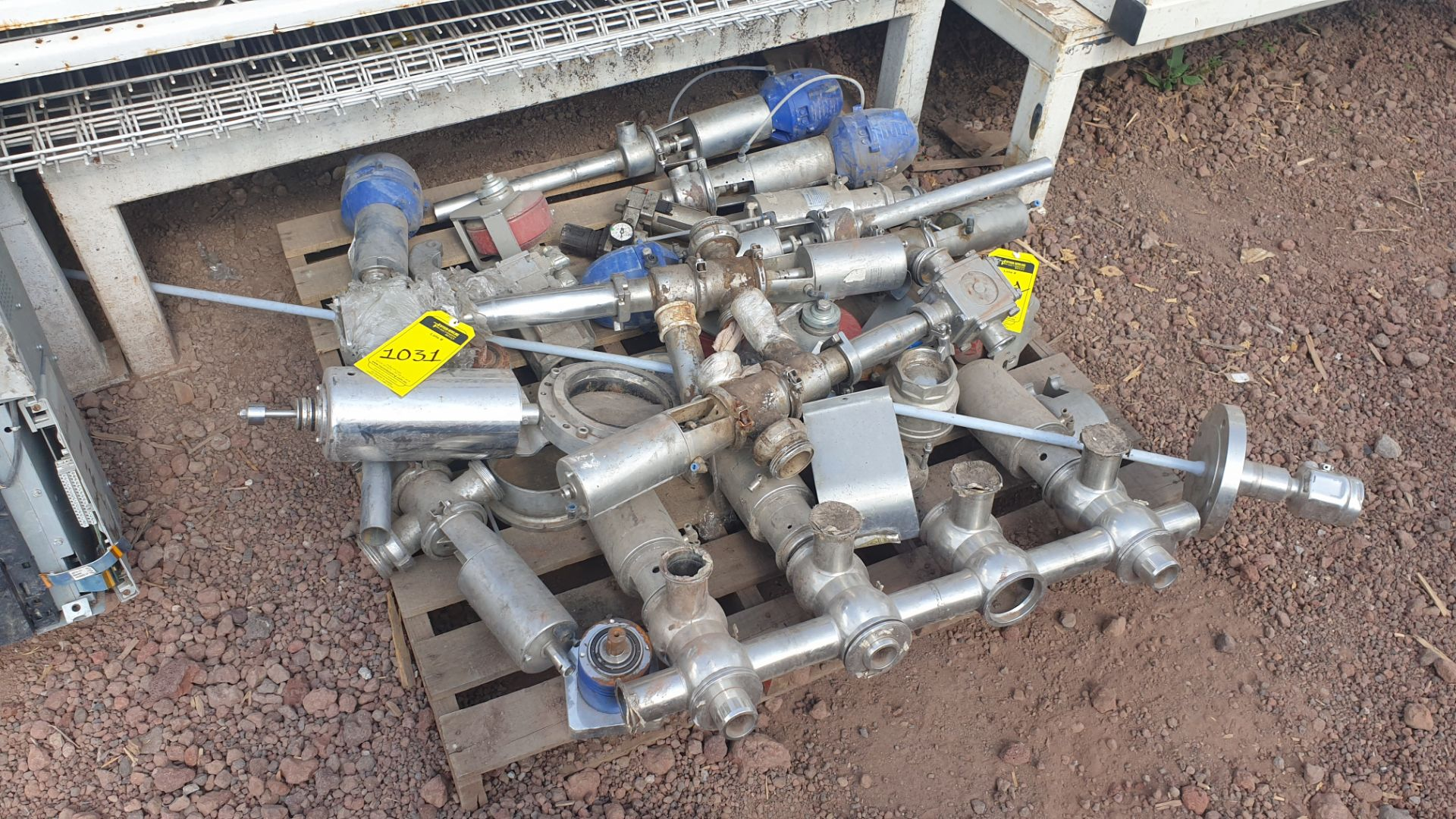 Lot of spare parts, valves, volumetric scales. Please inspect - Image 5 of 8