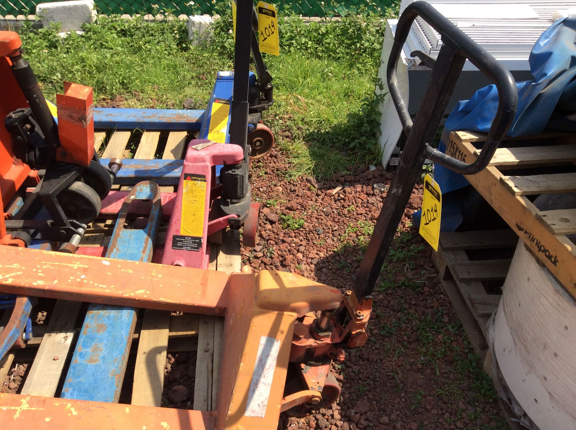 6 Manual hand pallet trucks , different models and capacities. Please inspect - Image 10 of 13
