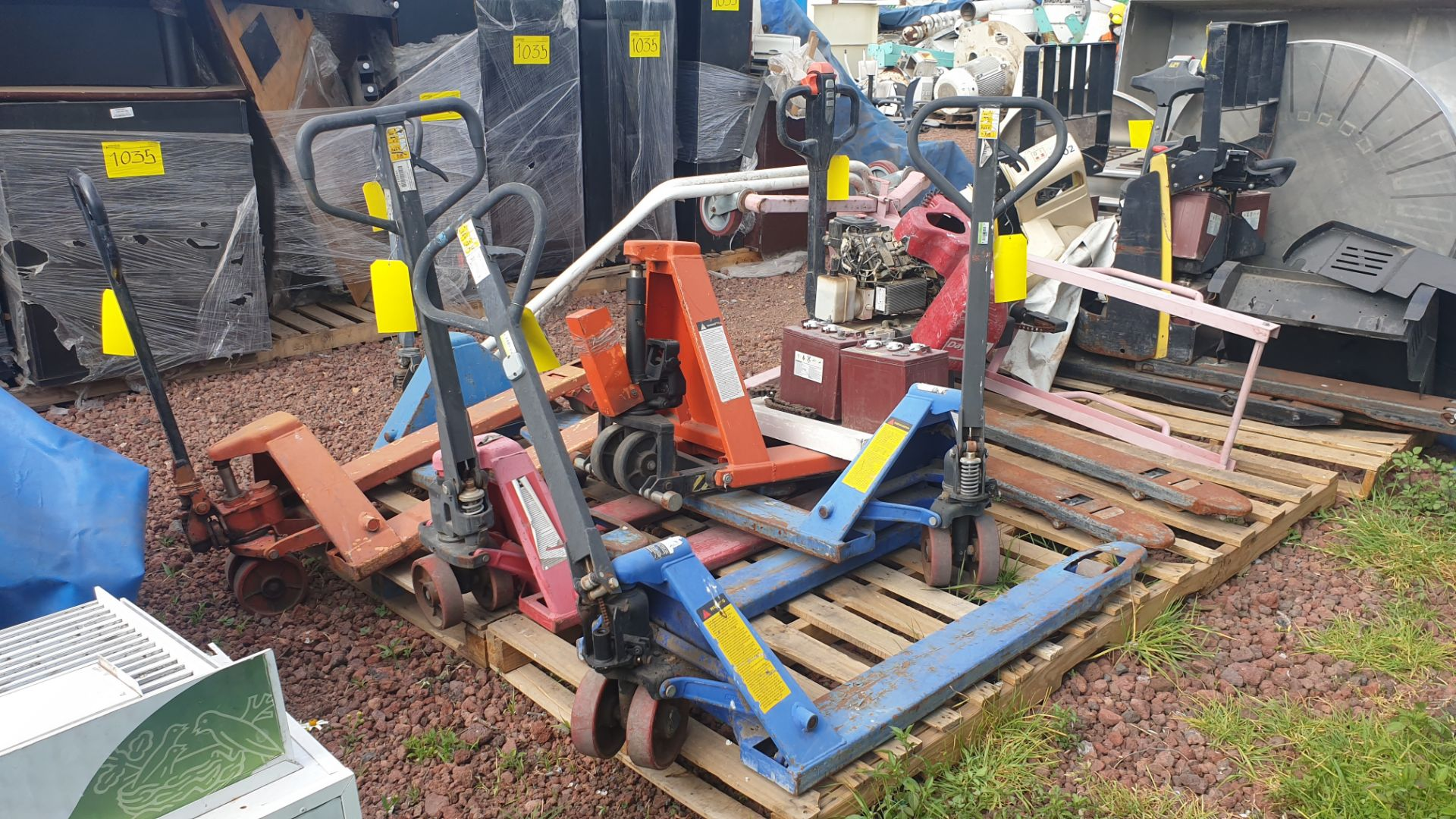 6 Manual hand pallet trucks , different models and capacities. Please inspect - Image 6 of 13
