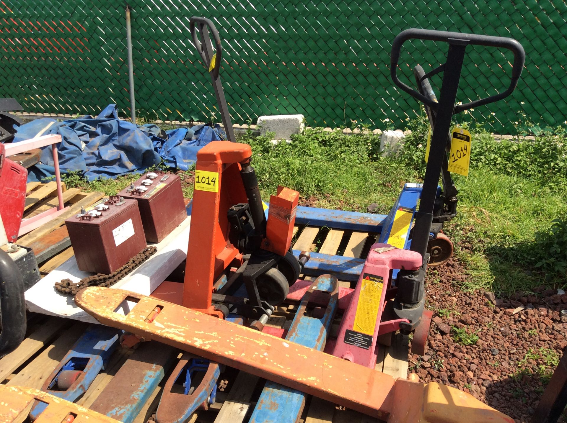 6 Manual hand pallet trucks , different models and capacities. Please inspect - Image 11 of 13