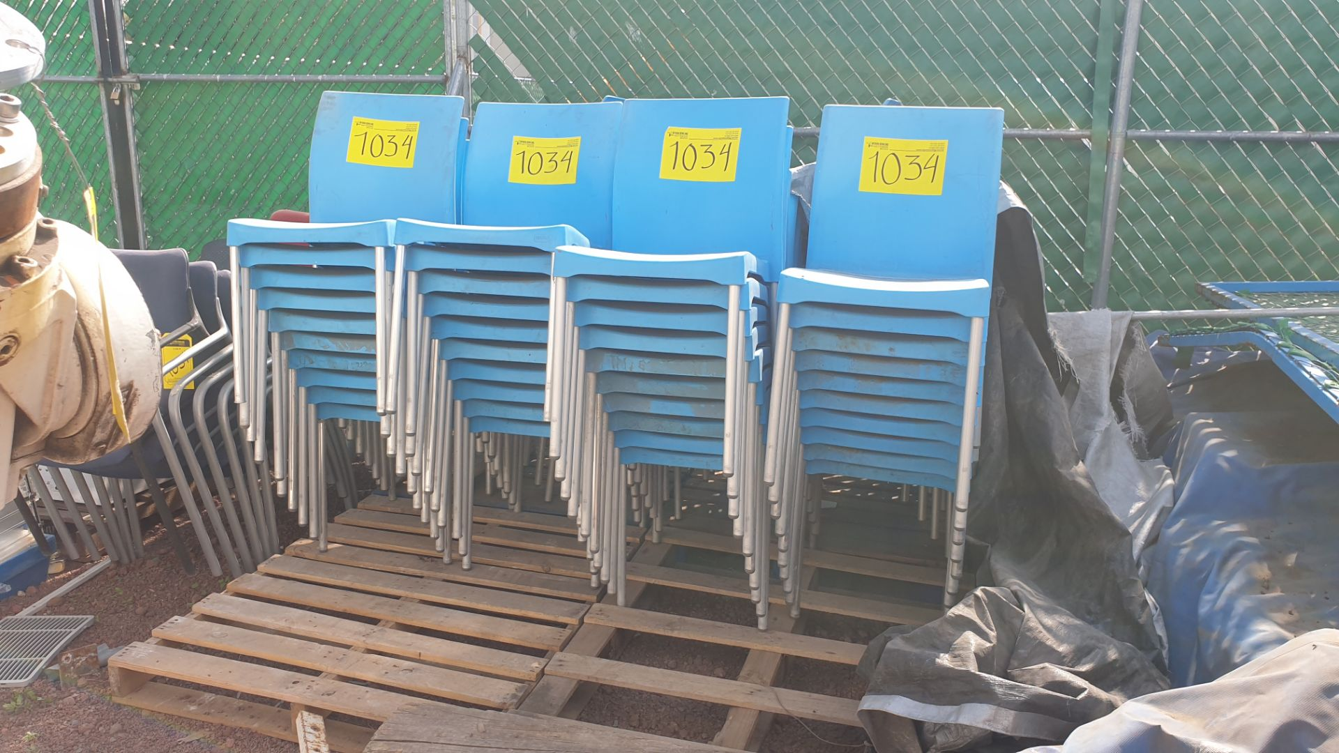 Lot of 40 blue plastic chairs, includes 7 metal office chairs with upholstered back and seat - Image 3 of 6