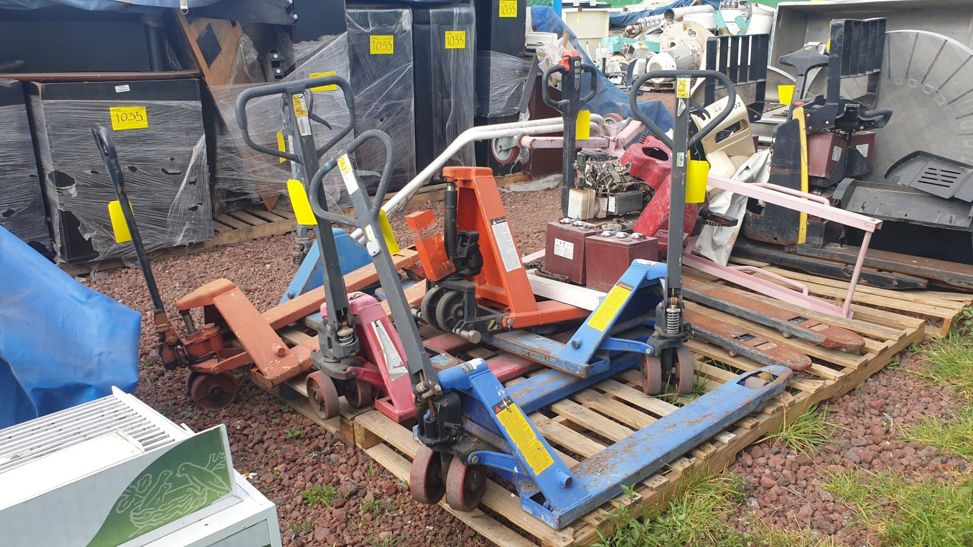6 Manual hand pallet trucks , different models and capacities. Please inspect - Image 9 of 13