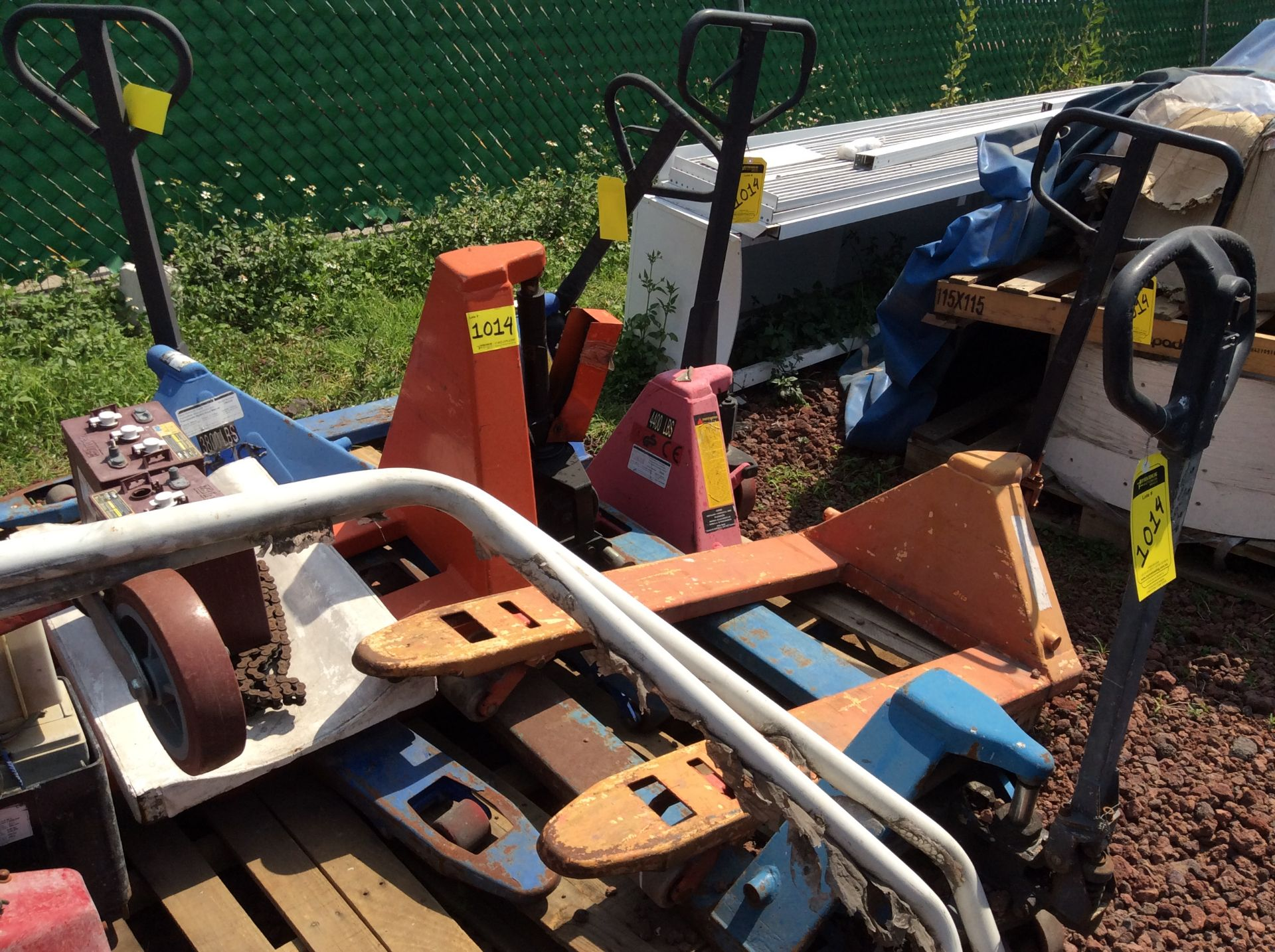 6 Manual hand pallet trucks , different models and capacities. Please inspect - Image 13 of 13