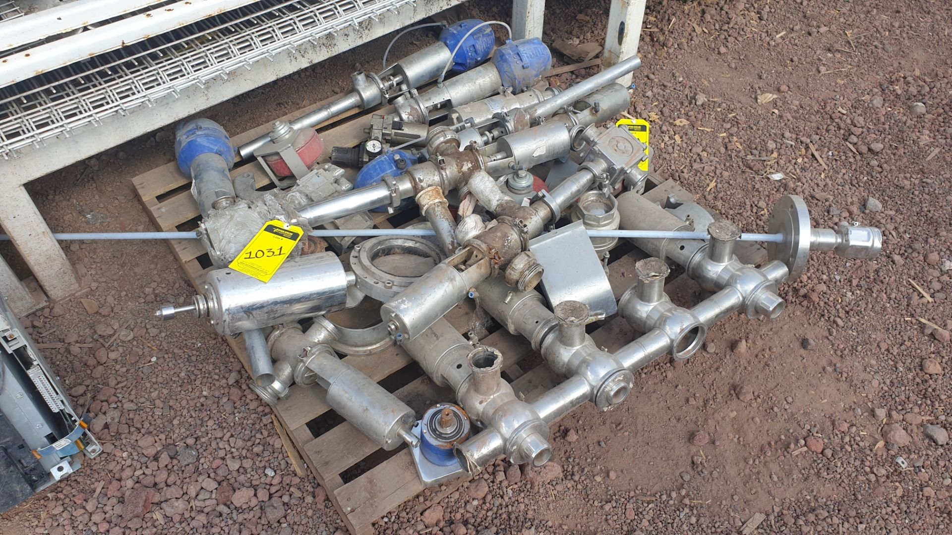Lot of spare parts, valves, volumetric scales. Please inspect - Image 4 of 8