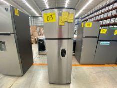 1 Refrigerador marca Whirlpool color gris con despachador de agua