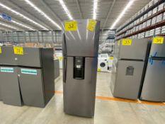 1 Refrigerador marca Mabe color gris con despachador de agua modelo RMT400RY